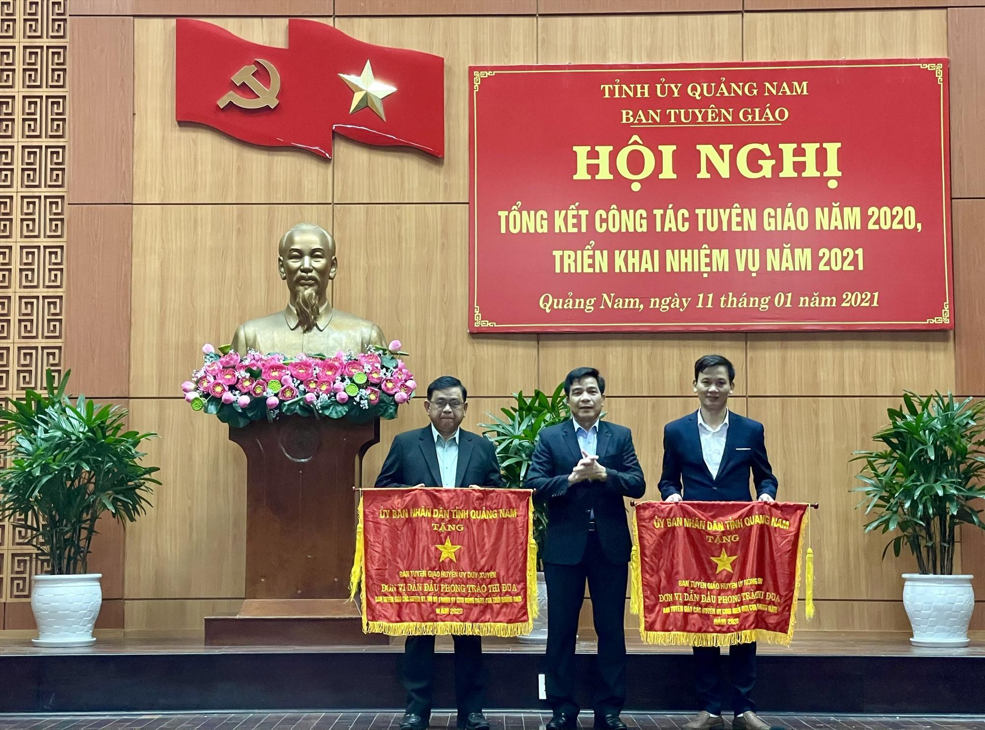 Tặng cờ thi đua xuất sắc cho các đơn vị Duy Xuyên và Nông Sơn