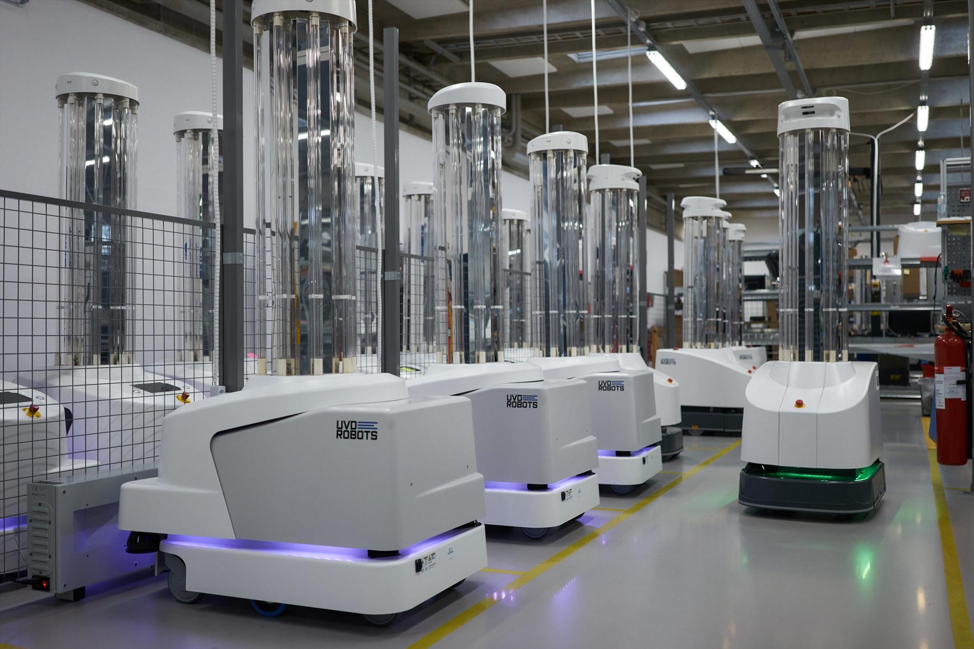 Khử trùng rô bốt Đại dịch coronavirus đã tạo ra vi trùng của tất cả chúng ta. Để giúp đỡ khi thế giới mở cửa trở lại, robot đang phát triển - đặc biệt là Adibot của Ubtech. Bot được sản xuất đặc biệt để khử trùng phòng cho các cơ sở kinh doanh nhỏ và trường học bằng tia UVC.