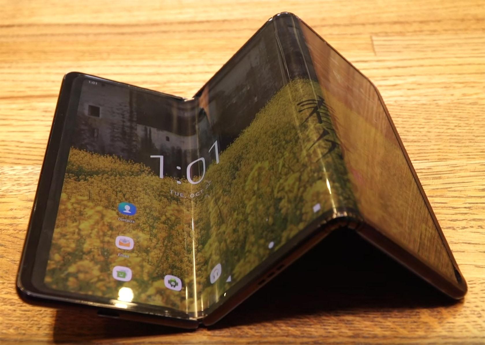 Hãng TCL giới thiệu sản phẩm điện thoại có thể cuộn lại được tại CES 2021 diễn ra từ ngày 11-14.1.2021. Điện thoại 6,7 inch (khoảng 15cm) nhưng khi mở rộng ra có thể thành như một máy tính bảng 7,8 inch. Ảnh: Techeblog