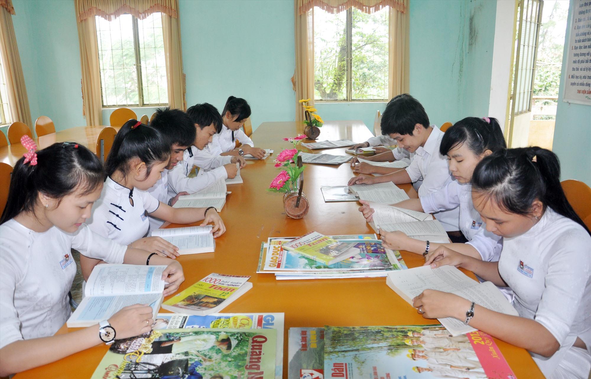 Học sinh Trường THPT Đỗ Đăng Tuyển (Đại Lộc) đọc sách báo tại thư viện trường. Ảnh: X.P