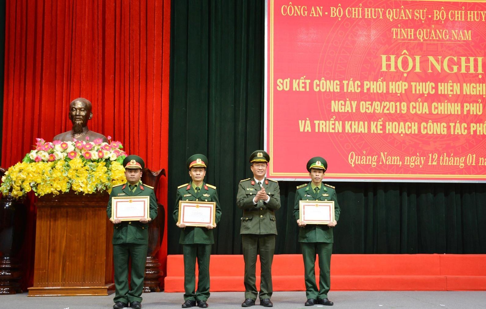 Khen thưởng các tập thể, cá nhân có thành tích xuất sắc trong công tác phối hợp giữa 3 lực lượng. Ảnh: M.T
