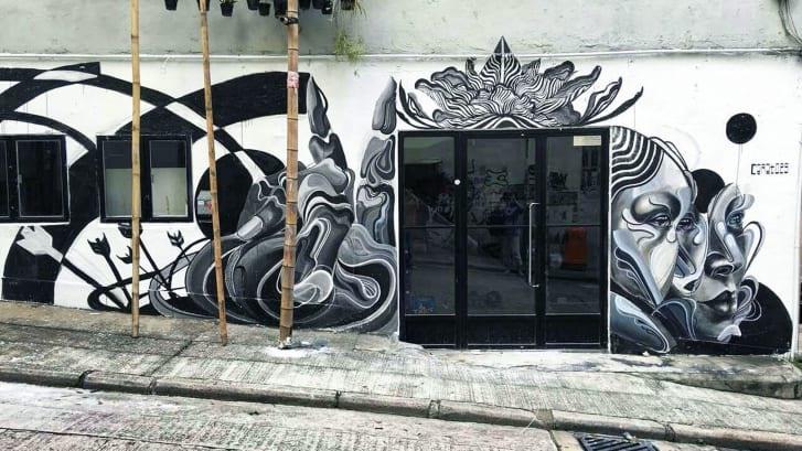 """Bức tranh tường ở Hồng Kông này được vẽ bởi nghệ sĩ Caratoes, sử dụng """"Air Ink"""" của Graviky Lab. Ảnh: CNN"""