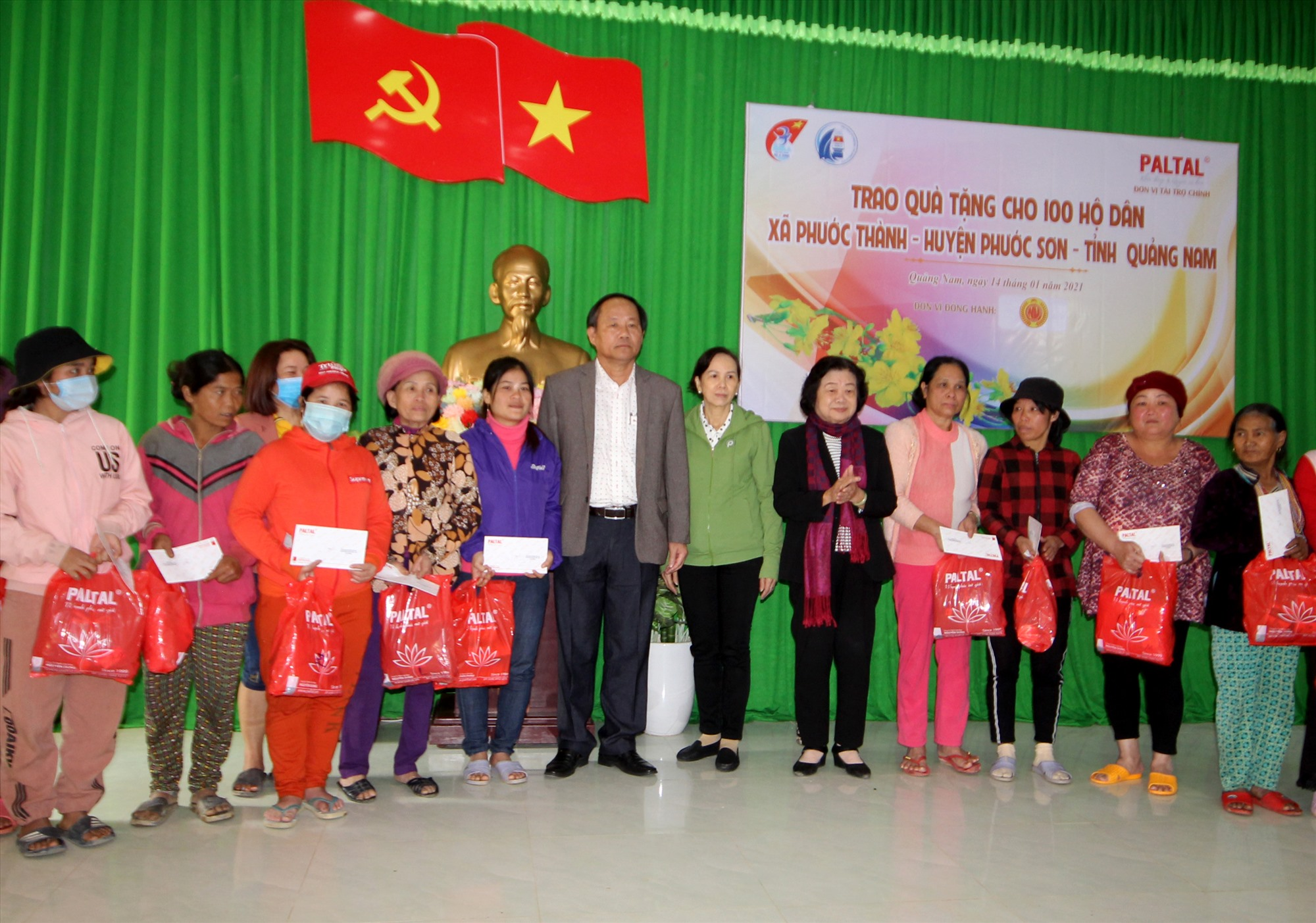 Trong chuyến đi này, đoàn công tác sẽ trao 100 suất quà cho đồng bào xã Phước Thành và 100 suất cho đồng bào xã Phước Lộc bị thiệt hại do thiên tai. Ảnh: T.C