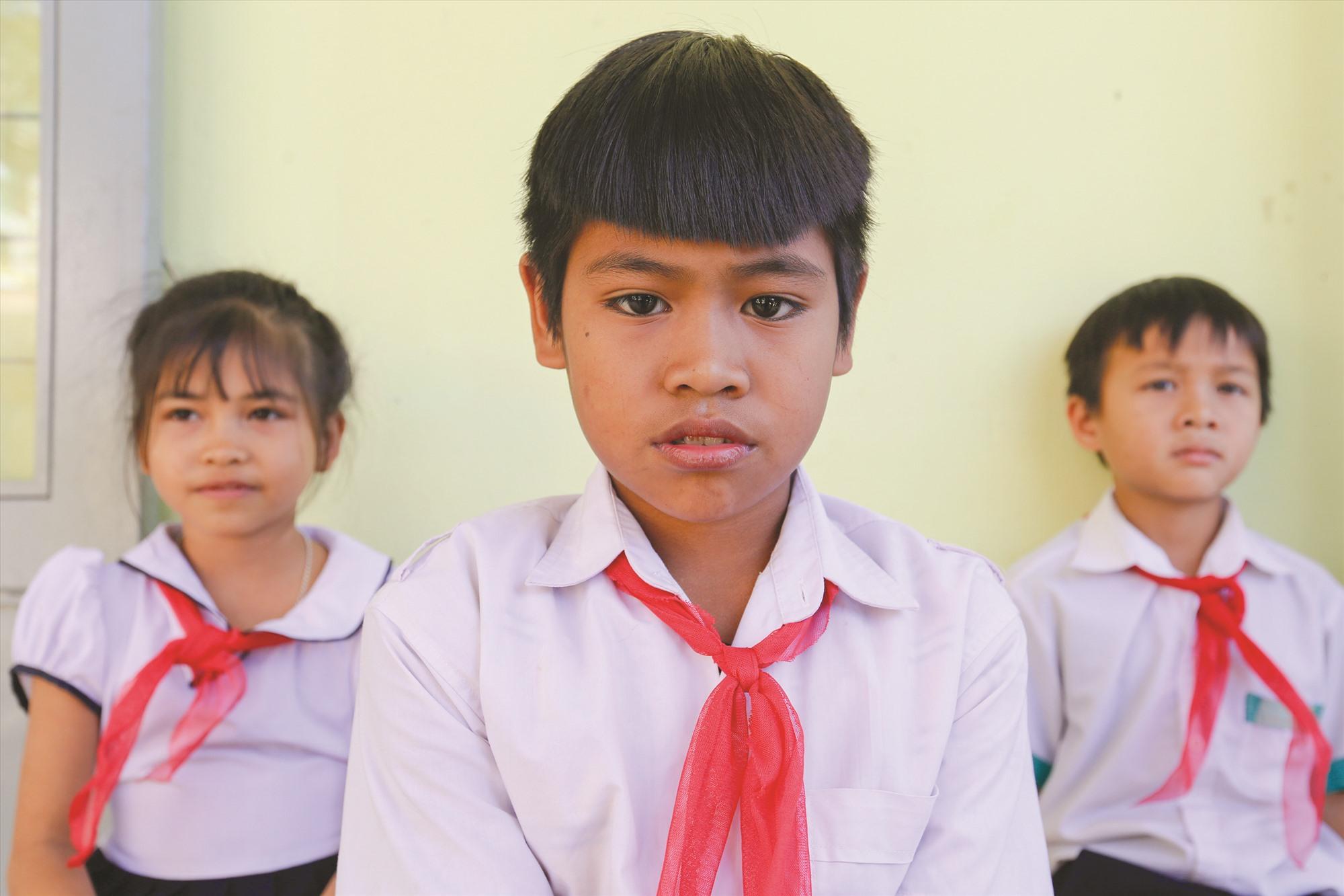 Em Hồ Văn Khánh (giữa), lớp 5 Trường Tiểu học và THCS Phước Thành và hai bạn Hồ Quốc Việt (lớp 4b), Hồ Thị Út Hường (lớp 4a) ước mơ có được mái nhà trước tết. Trong đợt thiên tai cuối tháng 10, gia đình các em đều mất nhà.