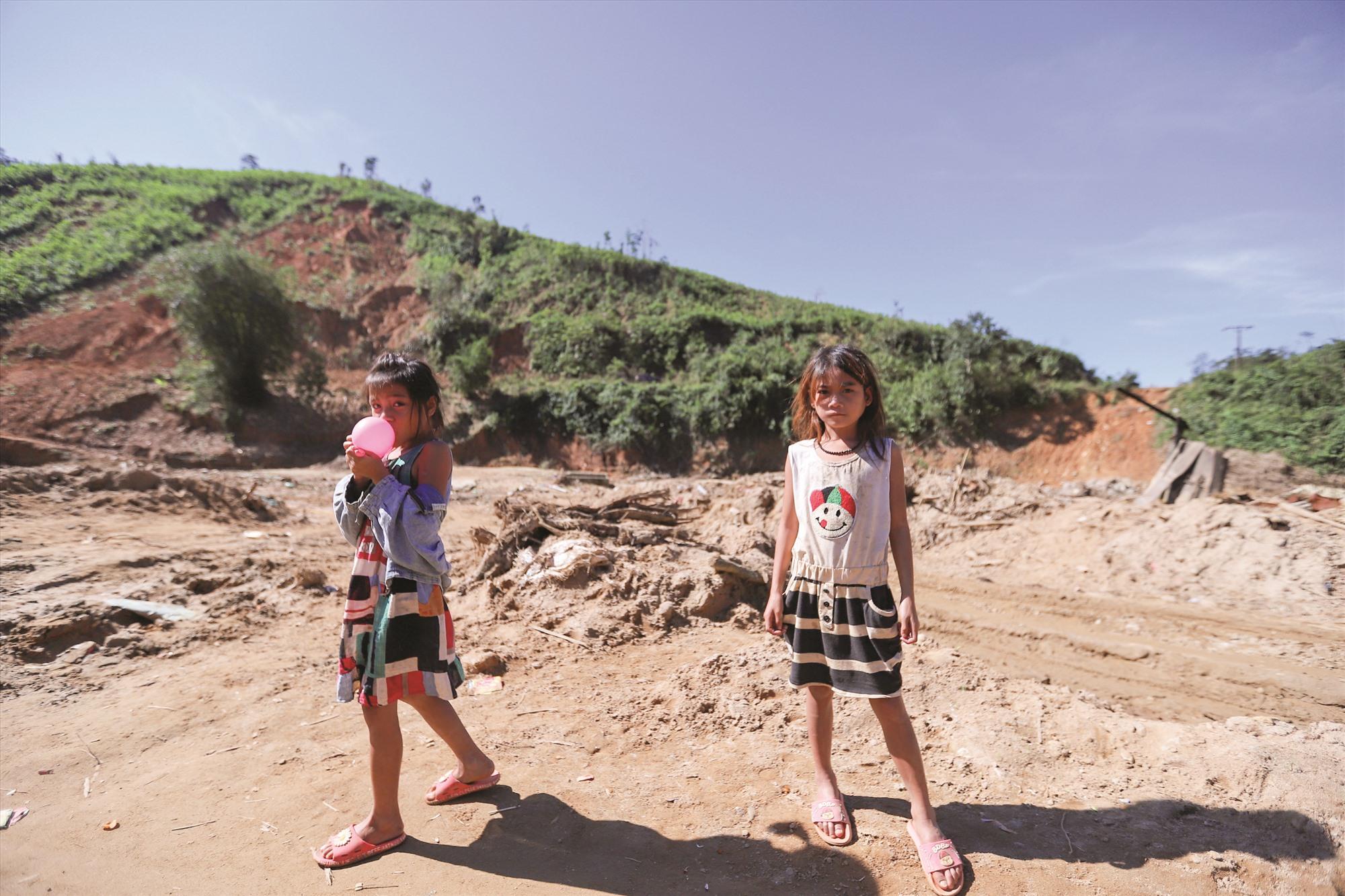 Những đứa trẻ ở xã Phước Kim đứng trên nền đất vốn là nhà mình.