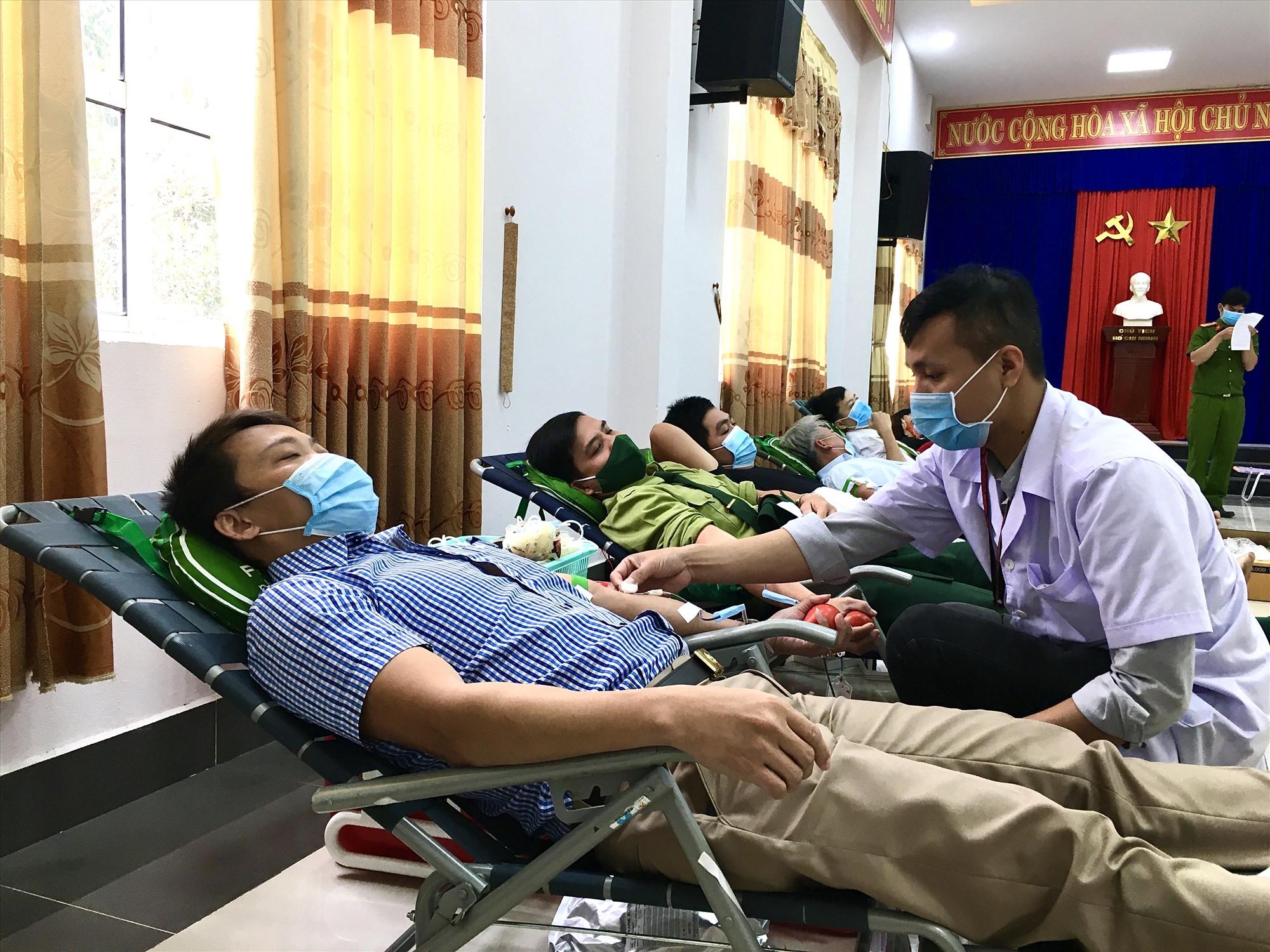 Tại ngày hội hiến máu tình nguyện huyện Nông Sơn, công tác phòng chống dịch bệnh Covid-19 được thực hiện nghiêm túc. Ảnh: TÂM LÊ