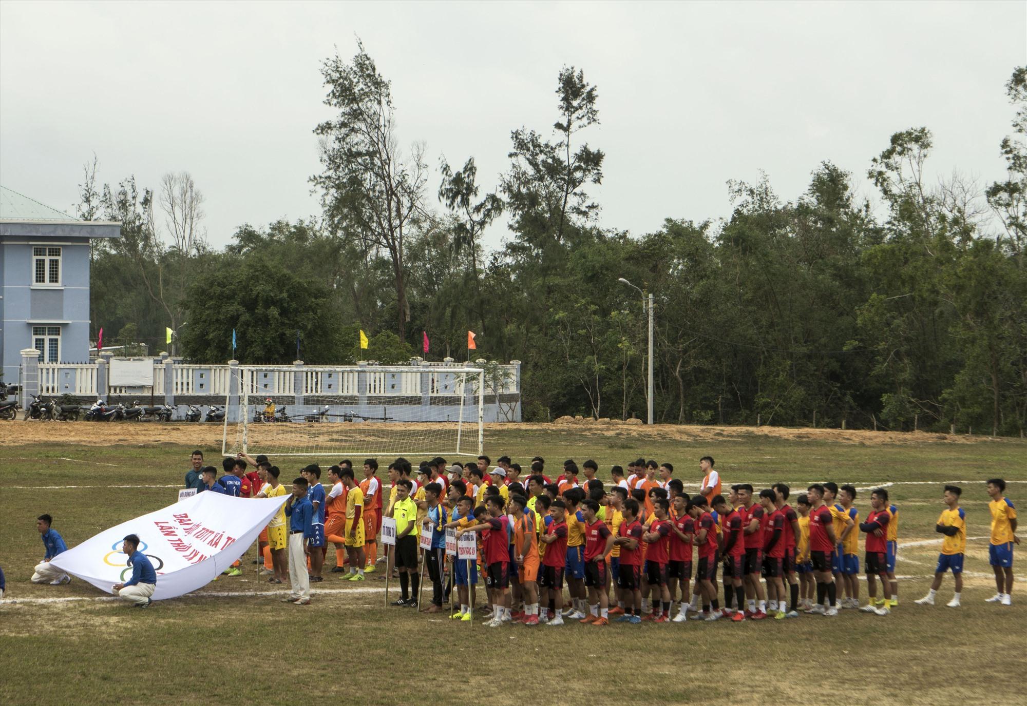 Quang cảnh khai mạc giải bóng đá U23 xã Tam Tiến. Ảnh: NGUYỄN ĐIỆN NGỌC