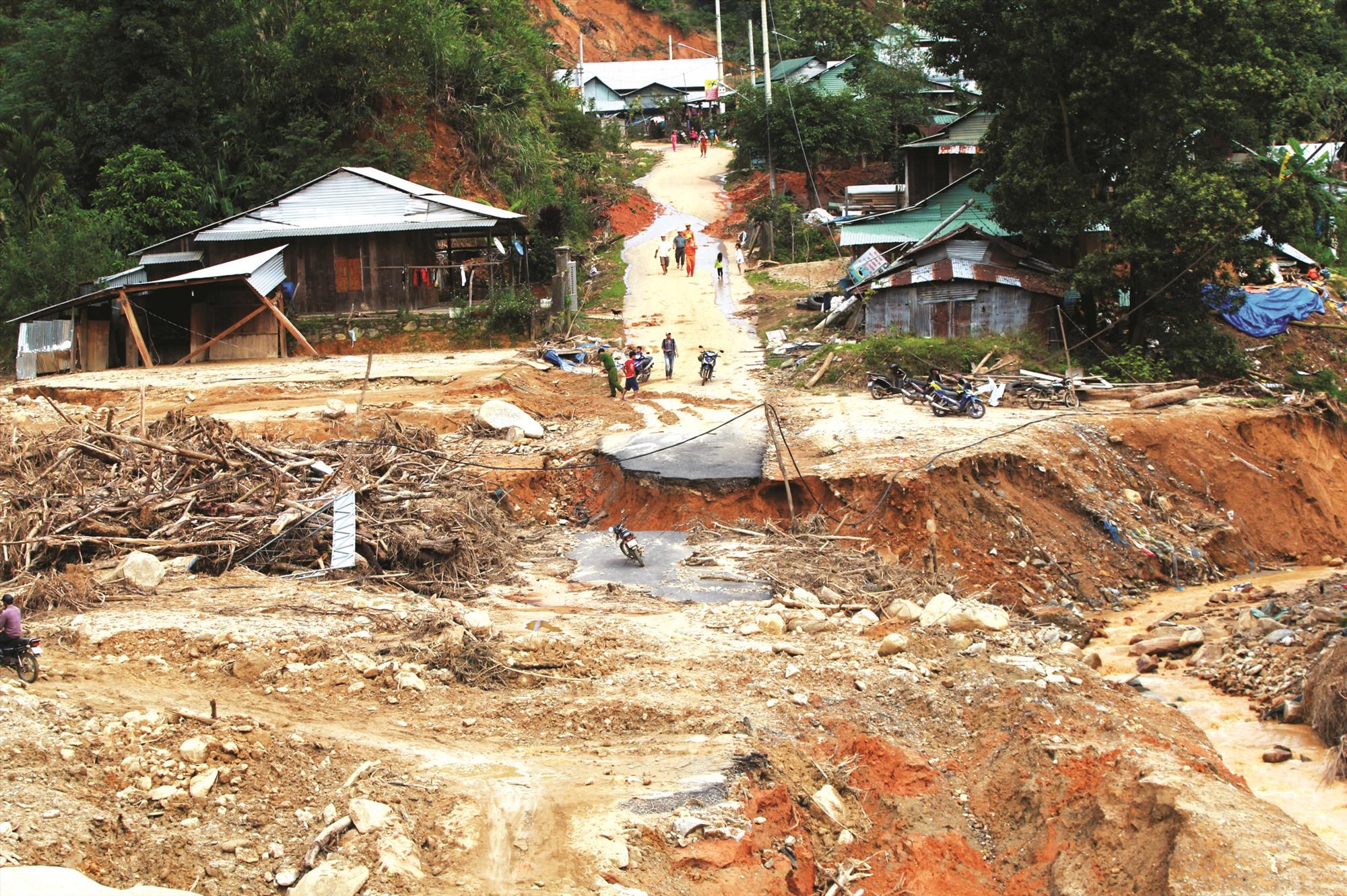 Sạt lở gây thiệt hại nặng về người và tài sản ở huyện Phước Sơn vào cuối tháng 10.2020. Ảnh: THÀNH CÔNG