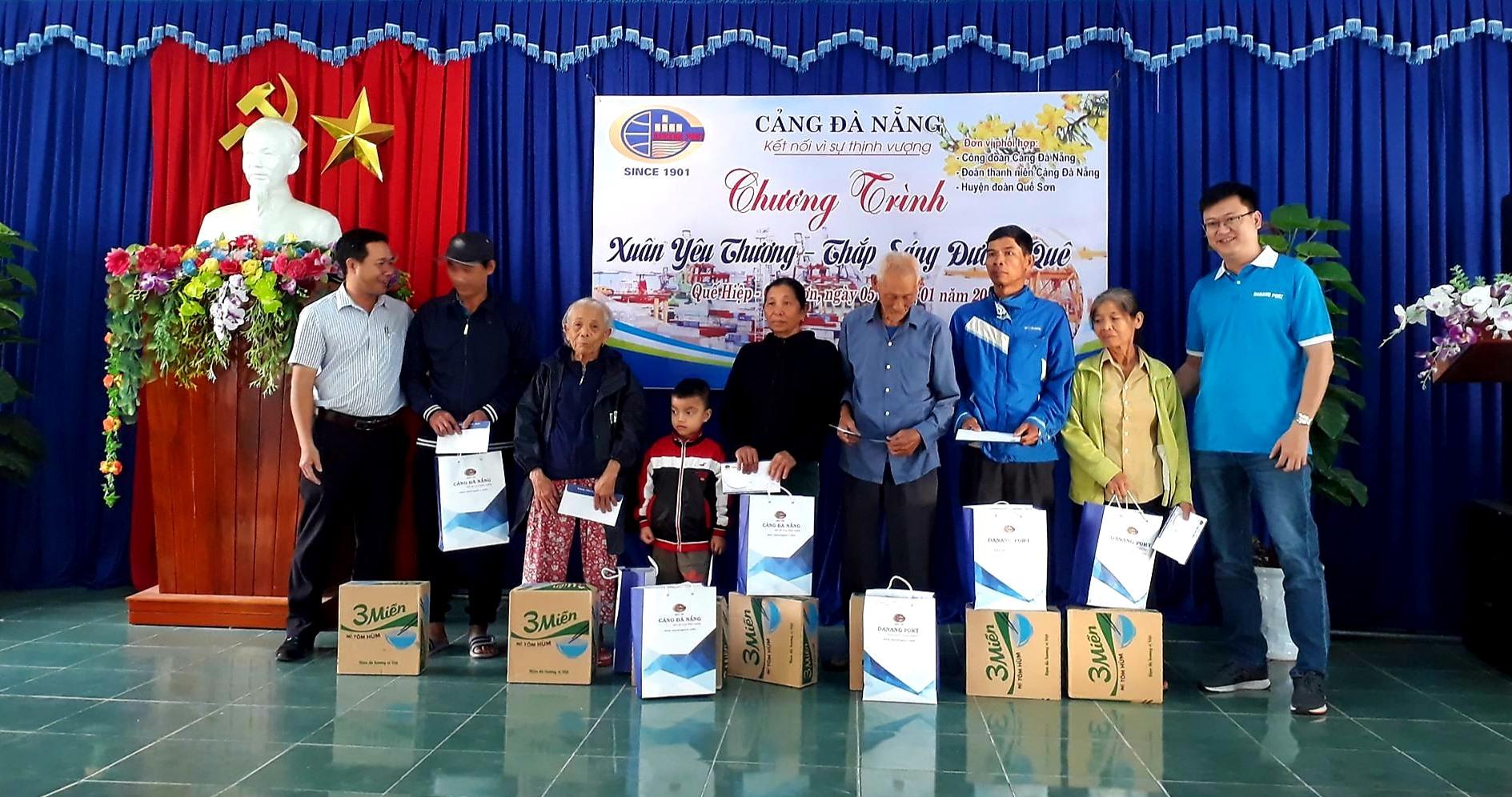 Ngành liên quan và chính quyền các địa phương ở Quế Sơn cùng những đơn vị, doanh nghiệp chăm lo tết cho những gia đình khó khăn. Ảnh: T.P