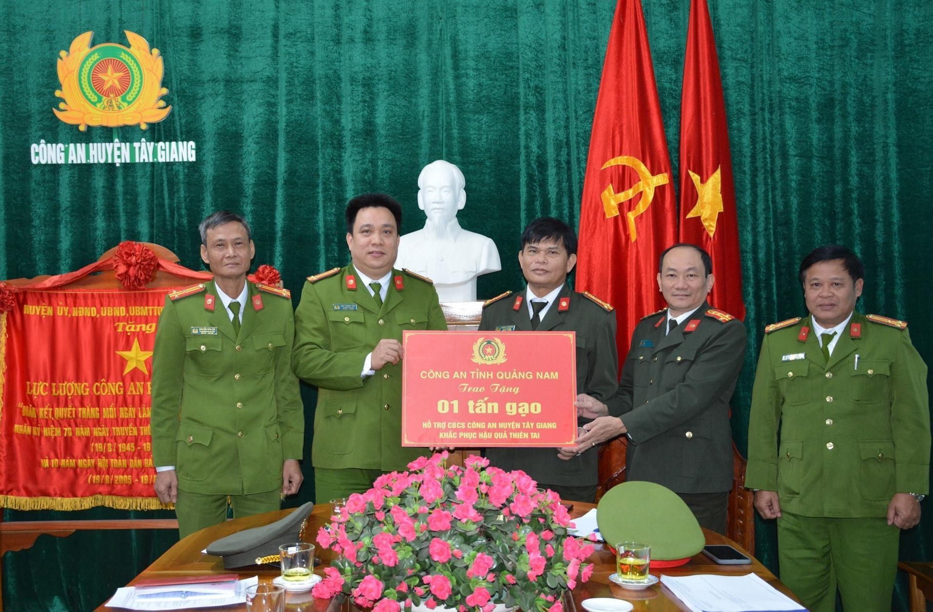 Lãnh đạo Công an tỉnh (bên phải) tặng bảng tượng trưng cho Công an Tây Giang