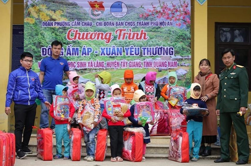 trao tặng 100 suất quà cho học sinh Trường Tiểu học xã Lăng (Tây Giang)