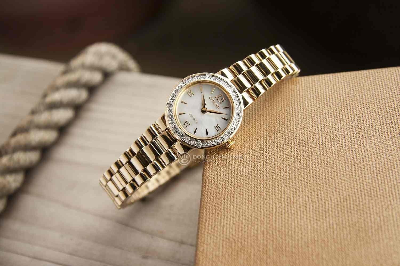 Đồng hồ Citizen nữ màu vàng đã và đang là xu thế trong cách lựa chọn trang sức của quý cô - Citizen EW9822-83D.