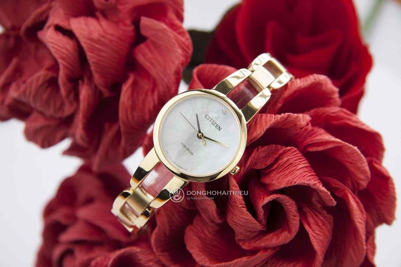 Không chỉ sang trọng, đồng hồ Citizen nữ mạ vàng còn mang trên mình vẻ đẹp của vật liệu - Citizen EM0432-80Y