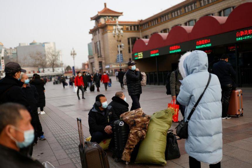 Nhiều lao động Trung Quốc đã khăn gói lên đường về quê ăn tết. Ảnh: Reuters