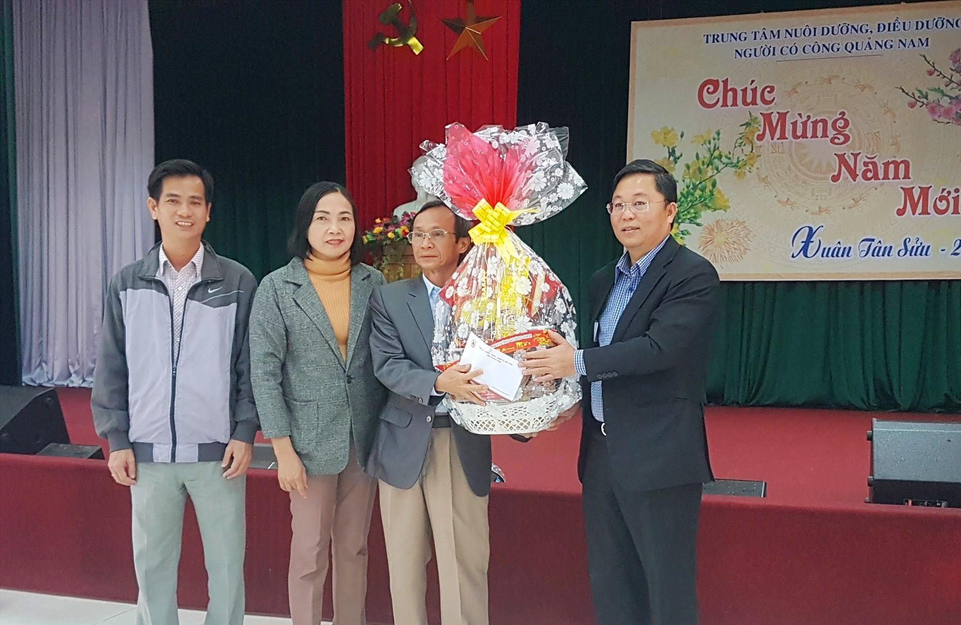 Chủ tịch UBND tỉnh Lê Trí Thanh tặng quà tập thể cán bộ, nhân viên Trung tâm Nuôi dưỡng, điều dưỡng người có công tỉnh. Ảnh: D.L
