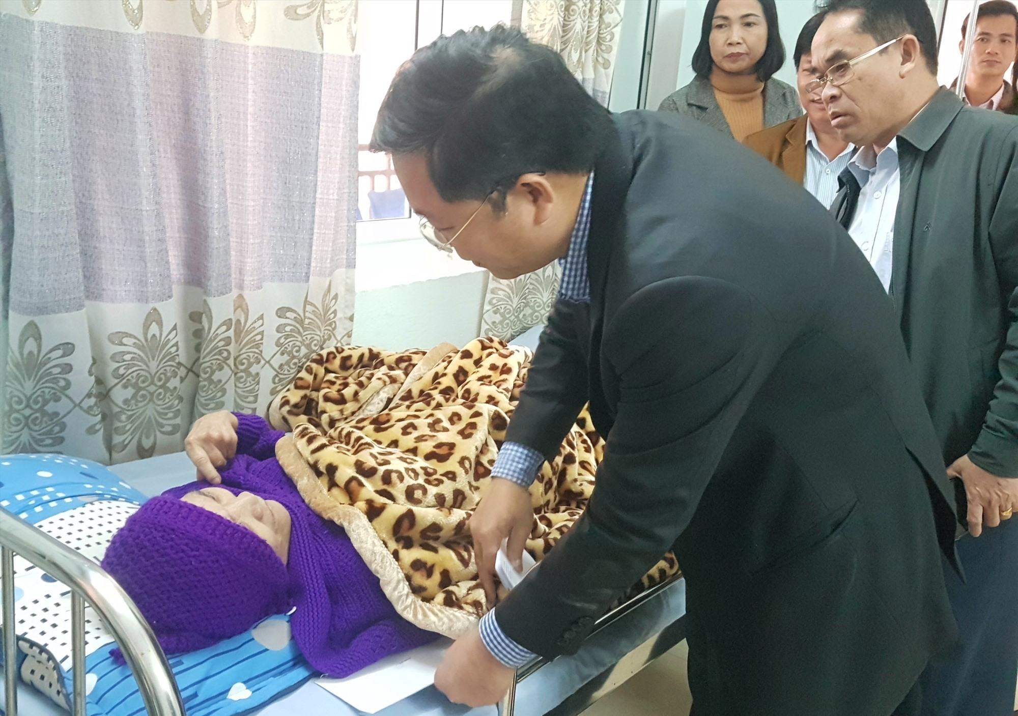 Chủ tịch Lê Trí Thanh đến từng giường thăm, tặng quà người có công bị bệnh nặng, già yếu. Ảnh: D.L