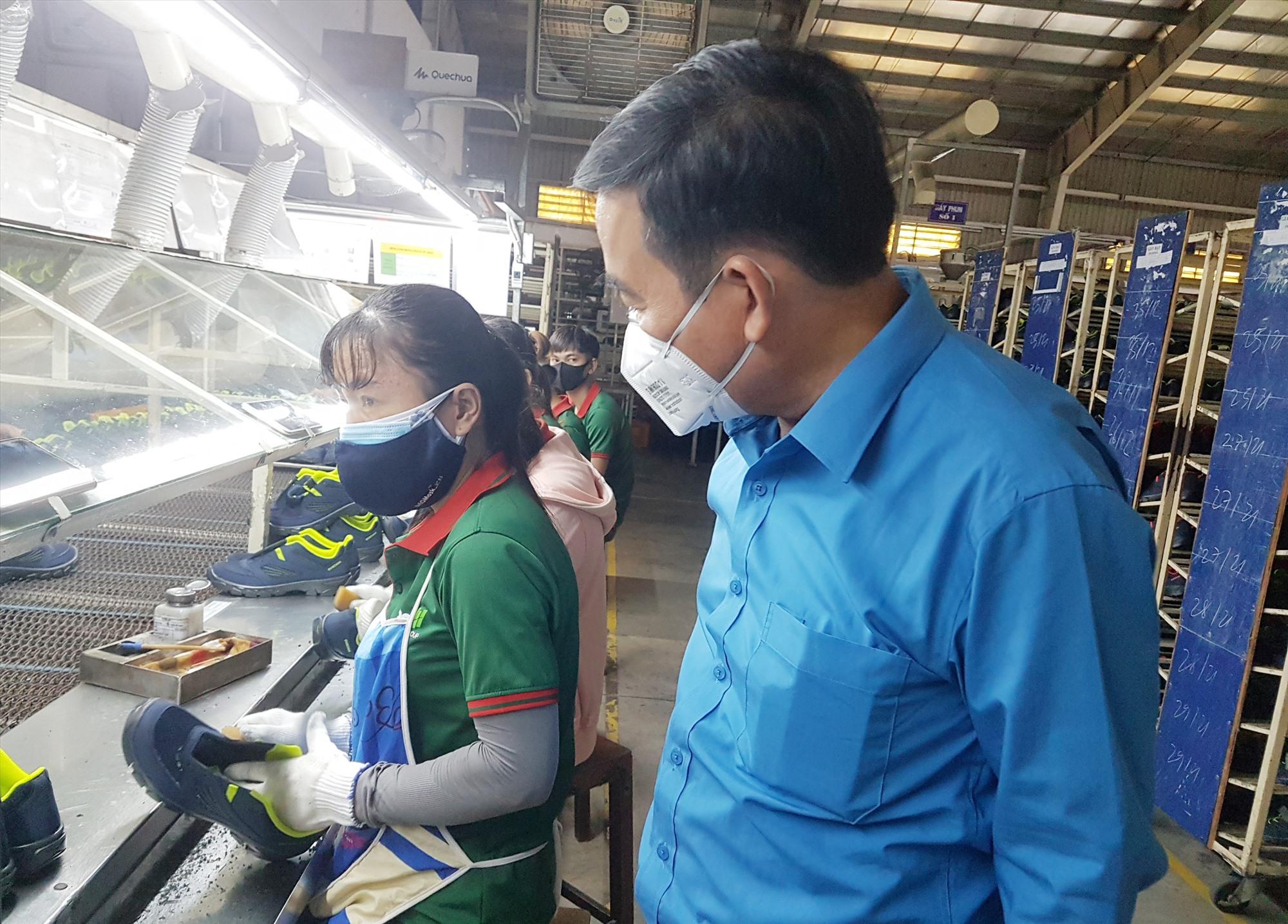Chủ tịch Liên đoàn Lao động tỉnh Phan Xuân Quang thăm hỏi, động viên người lao động làm việc tại các nhà máy trong đại dịch Covid-19. Ảnh: D.L