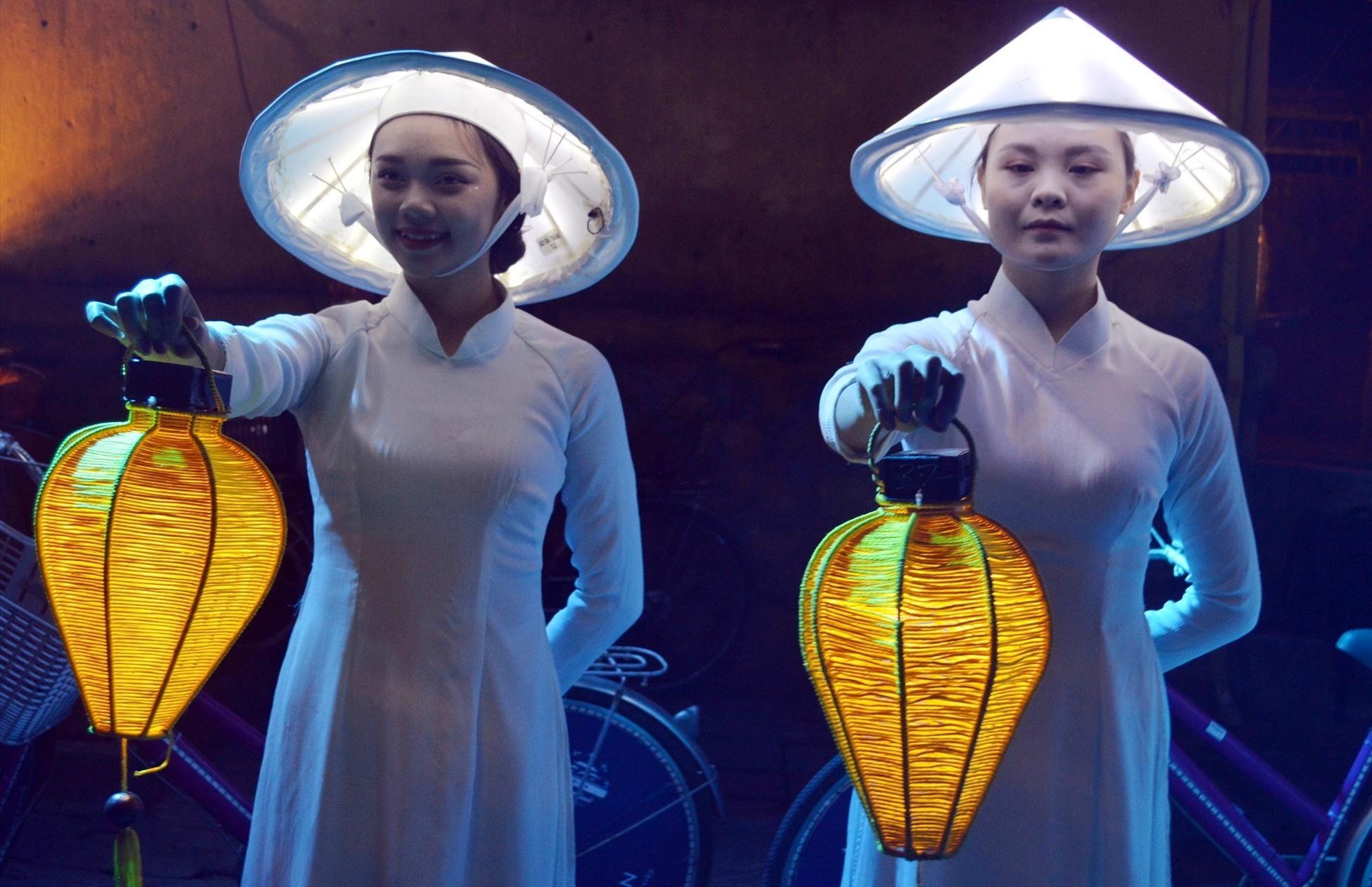 Sự cộng hưởng giữa tà áo dài và ánh đèn lồng đã tạo sự hút với du khách