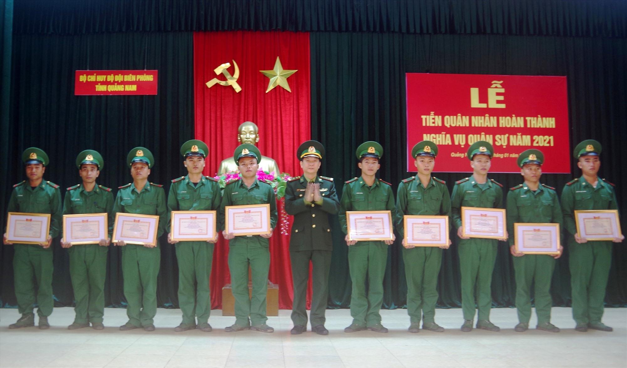 Thượng tá Chử Hồng Phong - Phó Chỉ huy trưởng, Bộ Chỉ huy BĐBP tỉnh Trao tặng giấy khen cho các chiến sĩ xuất ngũ năm 2021. Ảnh: Thái Tùng