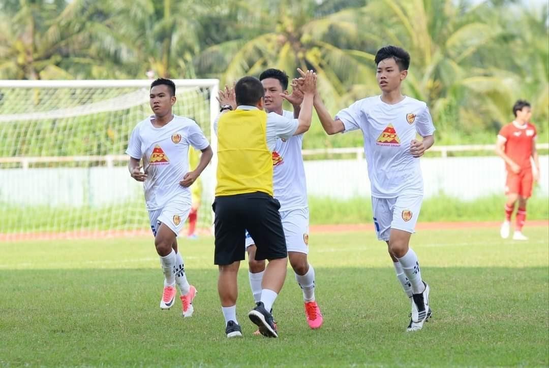 Niềm vui của thầy và trò đội trẻ Quảng Nam sau khi giành quyền thăng hạng nhì mùa giải 2021. Ảnh: Quảng Nam FC