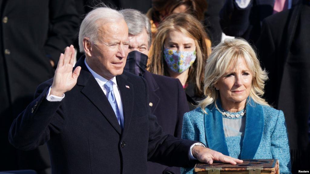 Ông Joe Biden (và vợ) trong buổi tuyên thệ nhậm chức Tổng thống thứ 46 của Mỹ. Ảnh: Reuters
