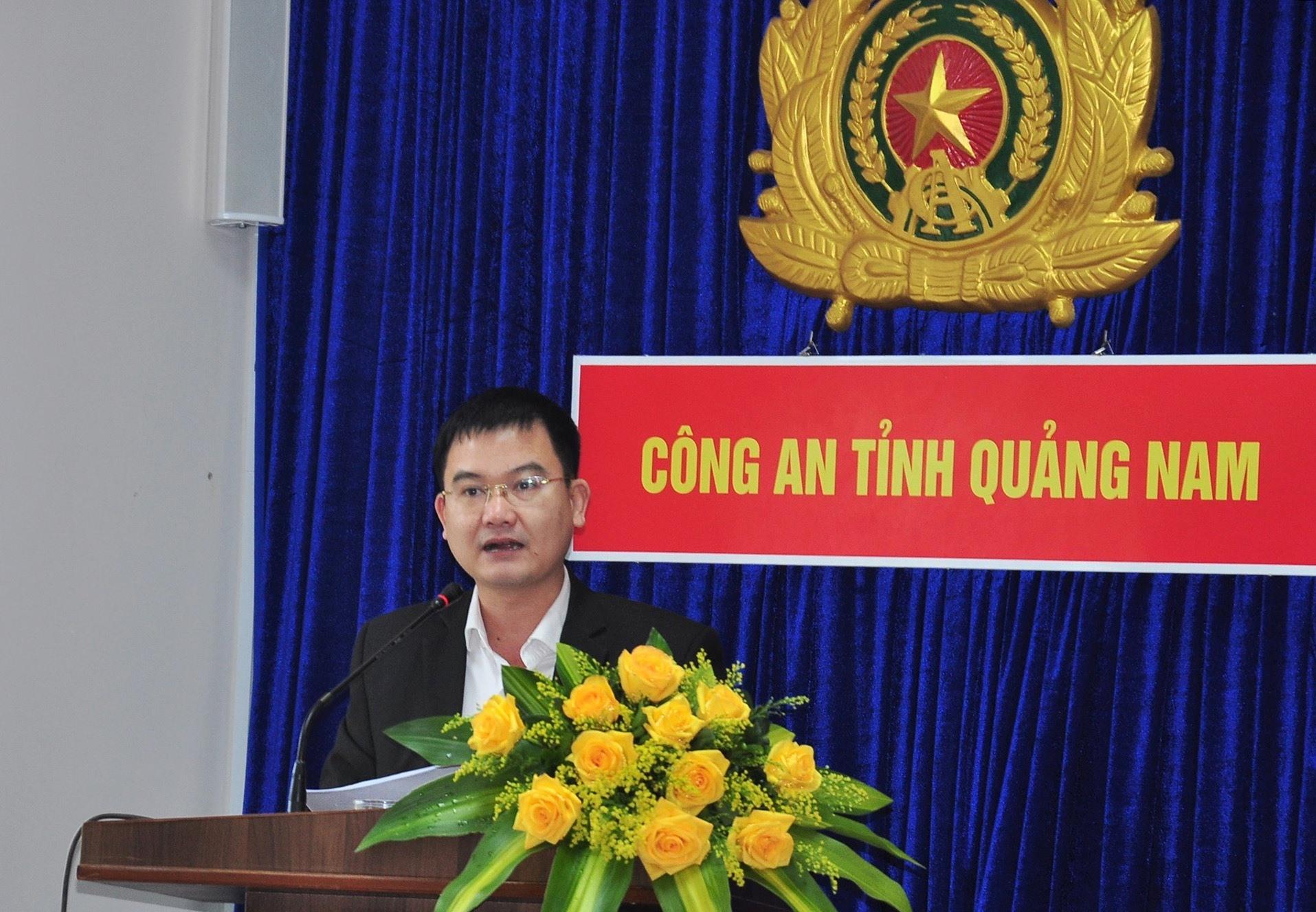 Đại diện Trường Chính trị tỉnh trình bày tham luận tại diễn đàn. Ảnh: V.ANH