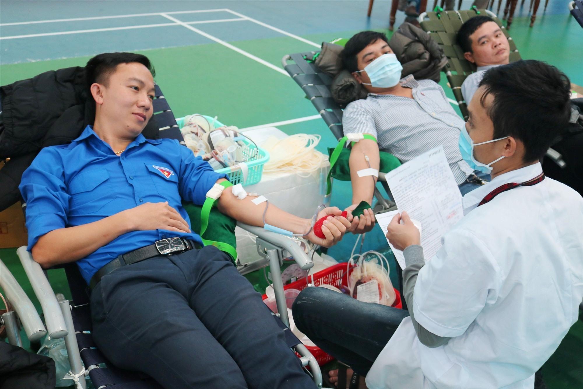 ĐVTN khối các cơ quan tham gia hiến máu tình nguyện. Ảnh: L.C