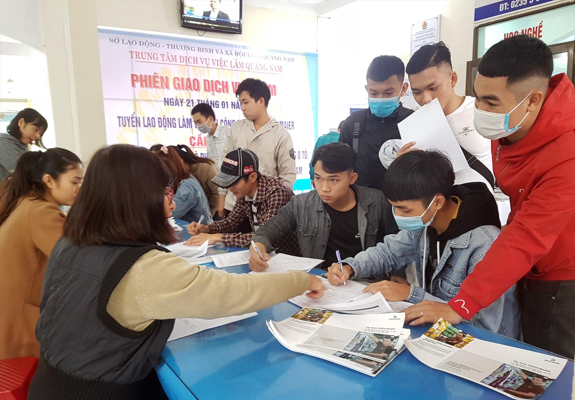 Người lao động tìm hiểu, đăng ký tuyển dụng tại Phiên giao dịch việc làm ngày 21.1. Ảnh: D.L