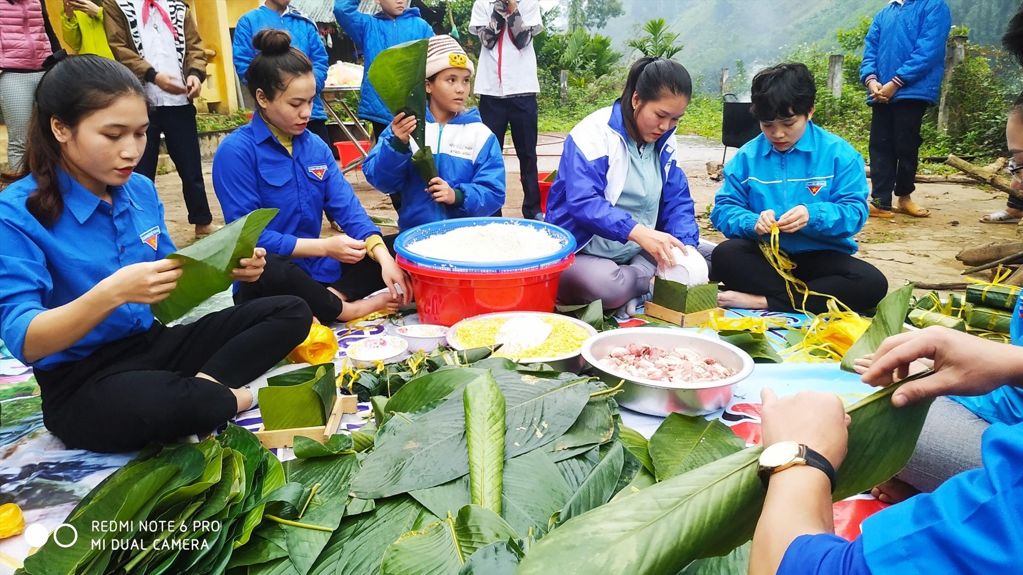 Không khí rộn ràng của Ngày hội bánh chưng xanh tại xã Trà Leng. Ảnh: MỸ HẠNH
