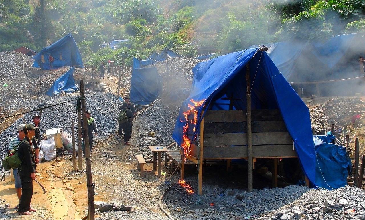 Lực lượng chức năng phá hủy một lán trại trong lâm phận Vườn quốc gia Sông Thanh. Ảnh: H.P
