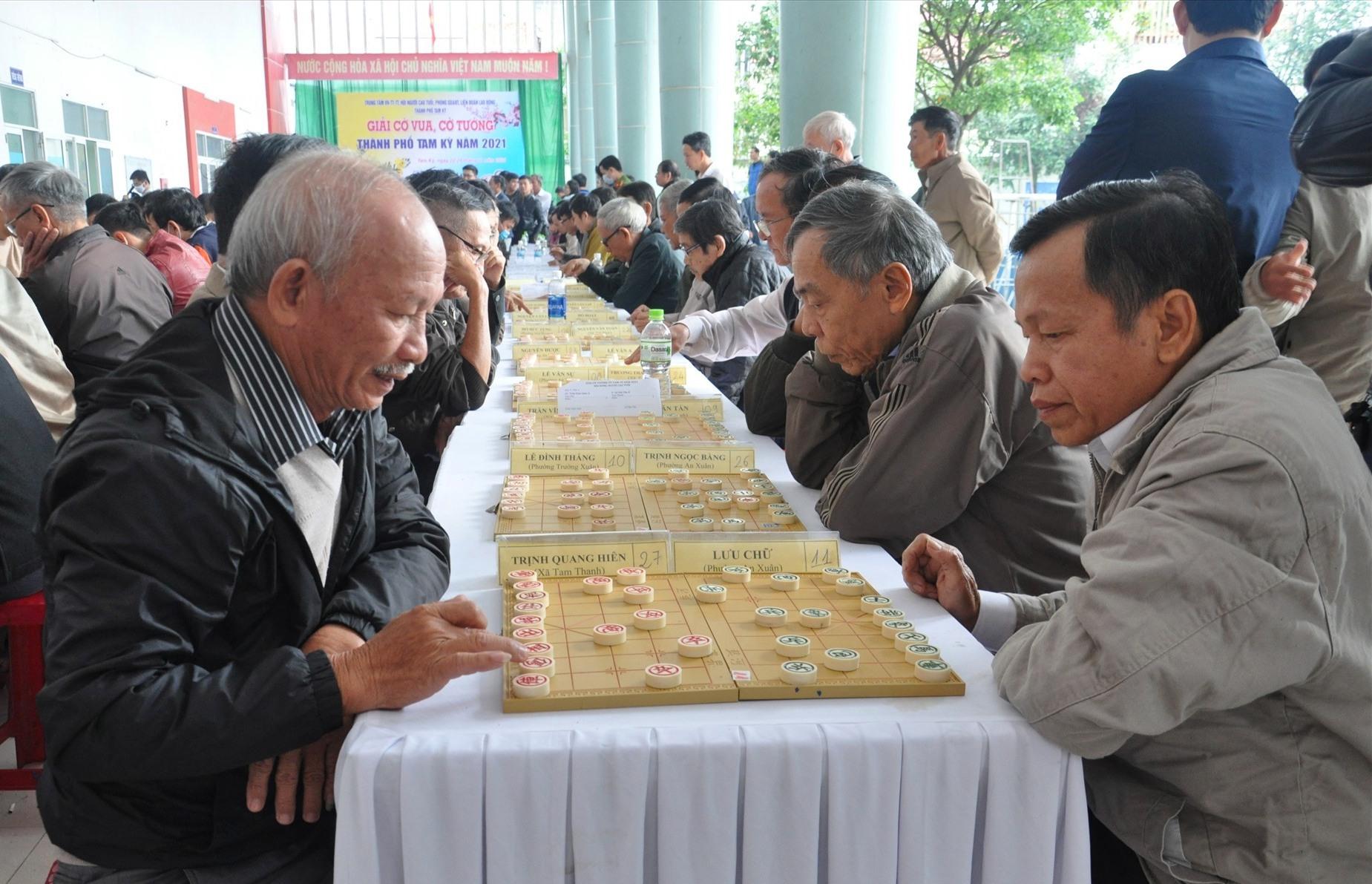 Các kỳ thủ người cao tuổi thi đấu cờ tướng. Ảnh: A.N