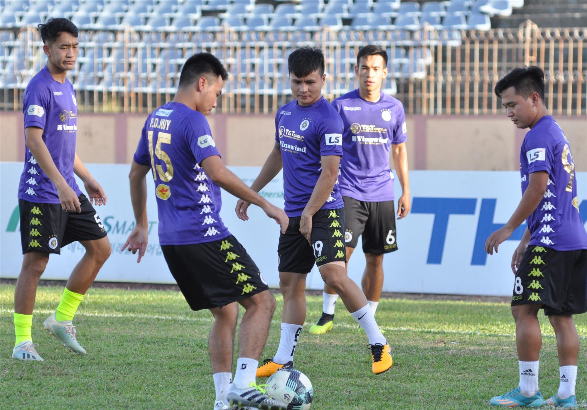 Hà Nội bất ngờ thảm bại trên sân Nam Định trong ngày khai màn V-League 2021. Ảnh: A.N