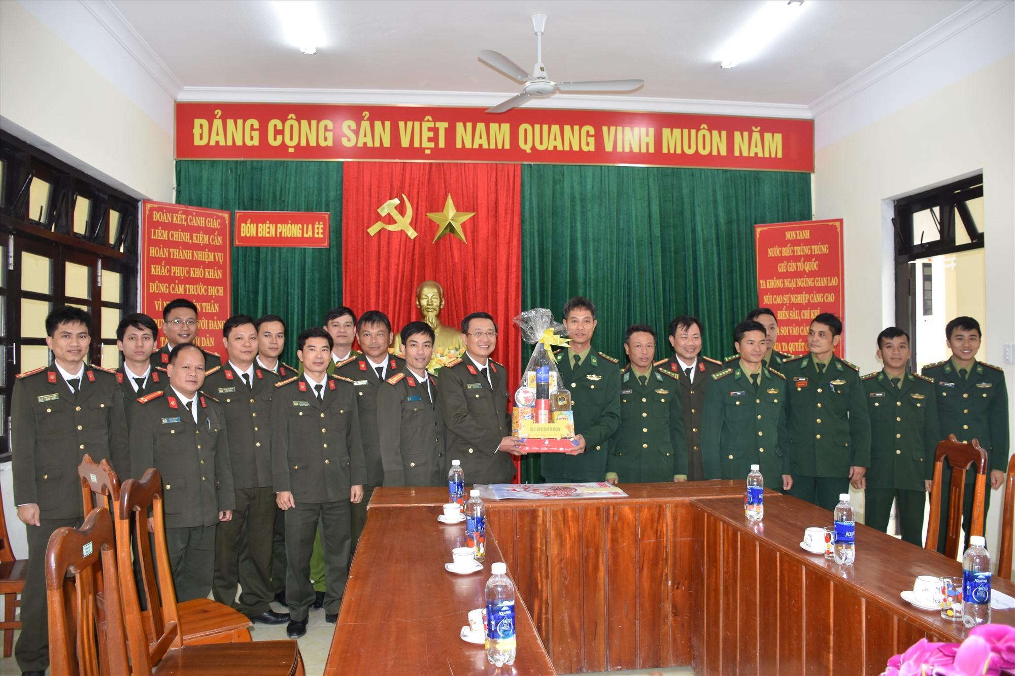 Thượng tá Nguyễn Thành Long tặng quà cho đồn biên phòng La Êê (Nam Giang). Ảnh: M.T