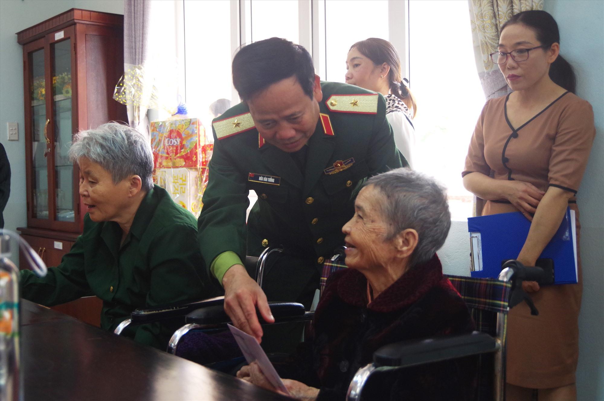 Thiếu tướng Hứa Văn Tưởng tặng quà cho Mẹ VNAH tại Trung tâm nuôi dưỡng, điều dưỡng người có công cách mạng tỉnh Quảng Nam.