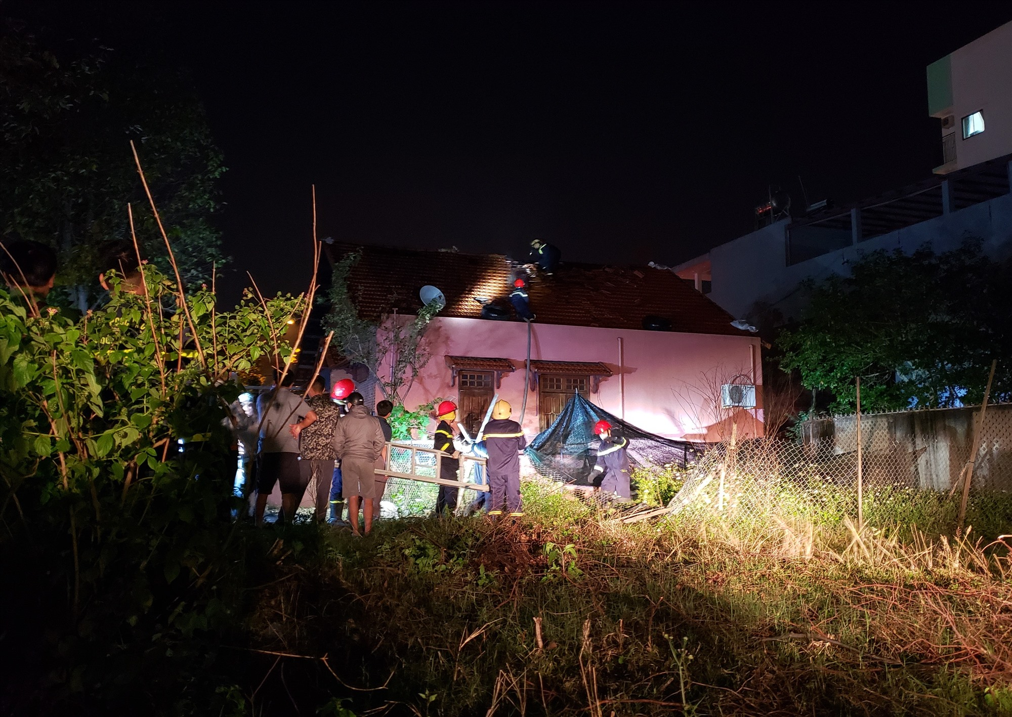 Lực lượng cảnh sát phòng cháy chữa cháy khống chế ngọn lửa. Ảnh: HOÀI AN