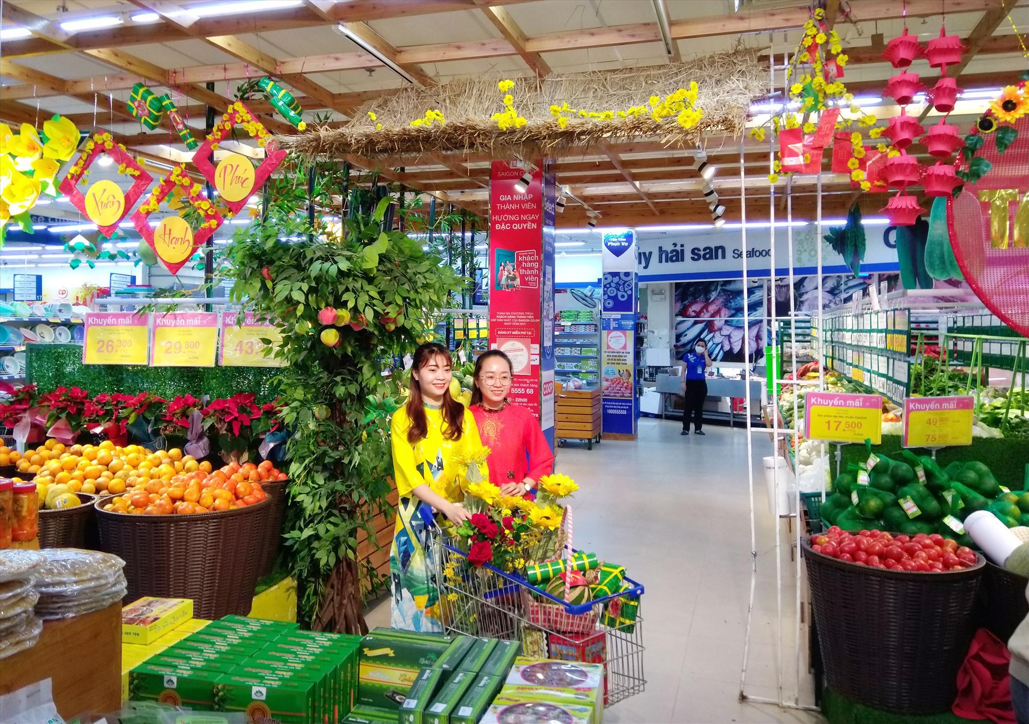 Bà Trần Thị Như Lai - Giám đốc Co.opMart Tam Kỳ cho biết, năm nay các doanh nghiệp cung cấp hàng hóa chú trọng cải thiện mẫu mã, chất lượng, đảm bảo an toàn thực phẩm. Ảnh: T.S