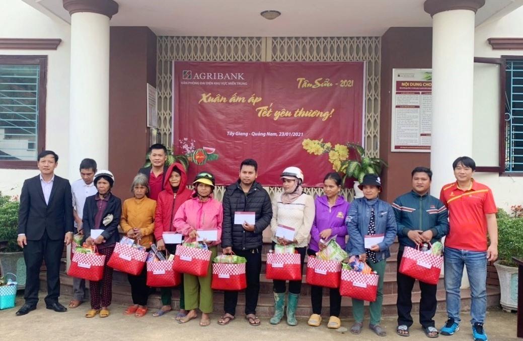 Văn phòng đại diện Agribank miền Trung đến trao tặng 100 suất quà cho hộ nghèo ở xã A Tiêng