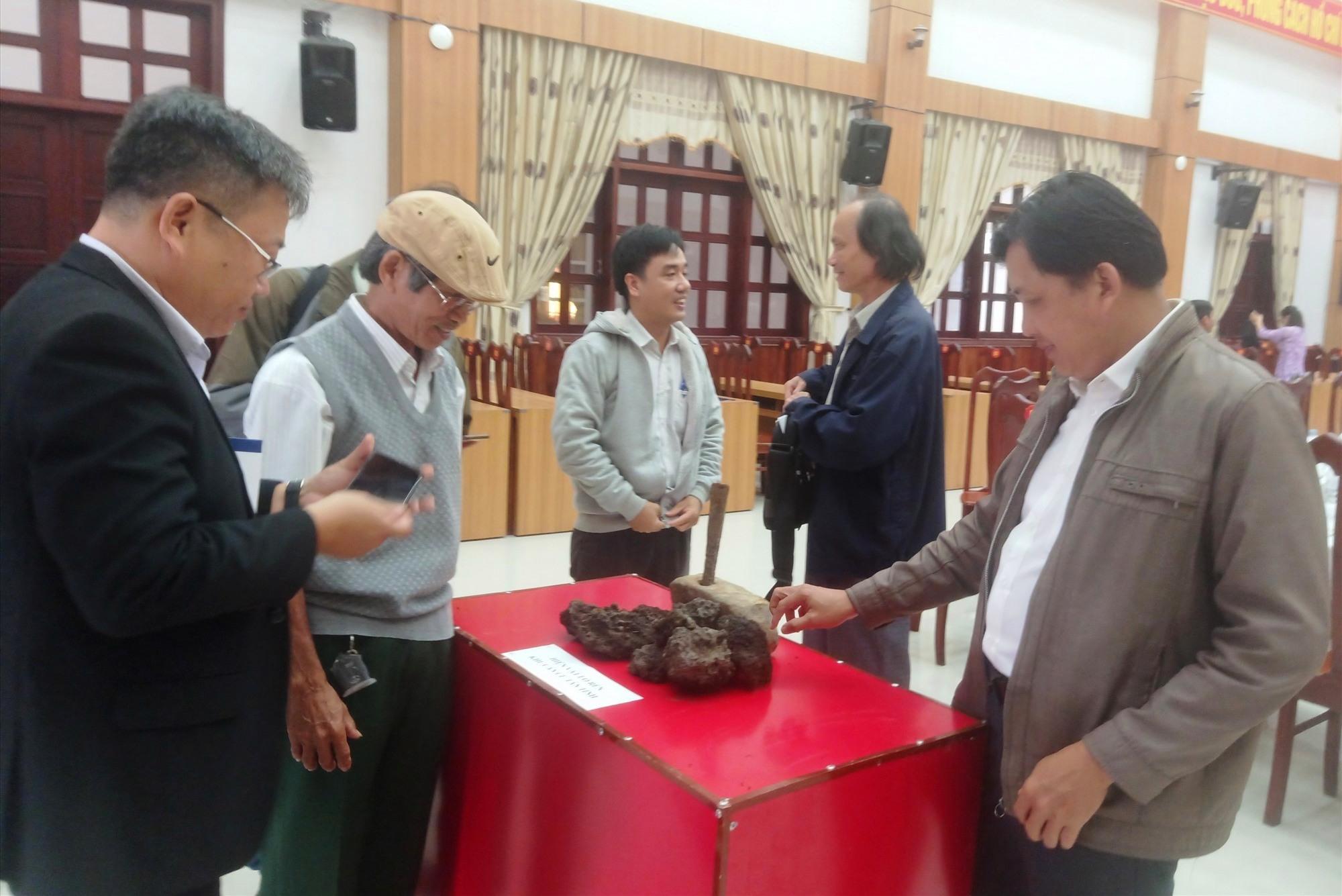 Trưng bày hiện vật sưu tầm liên quan tới Khu căn cứ tân tỉnh Trung Lộc tại buổi tọa đàm. Ảnh: HOÀNG LIÊN