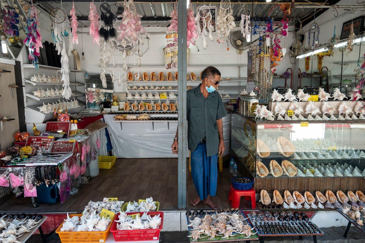 Một quầy hàng bán đồ lưu niệm ở một du lịch của Thái Lan, nơi ngành du lịch chịu thiệt hại nặng nền do Covid-19