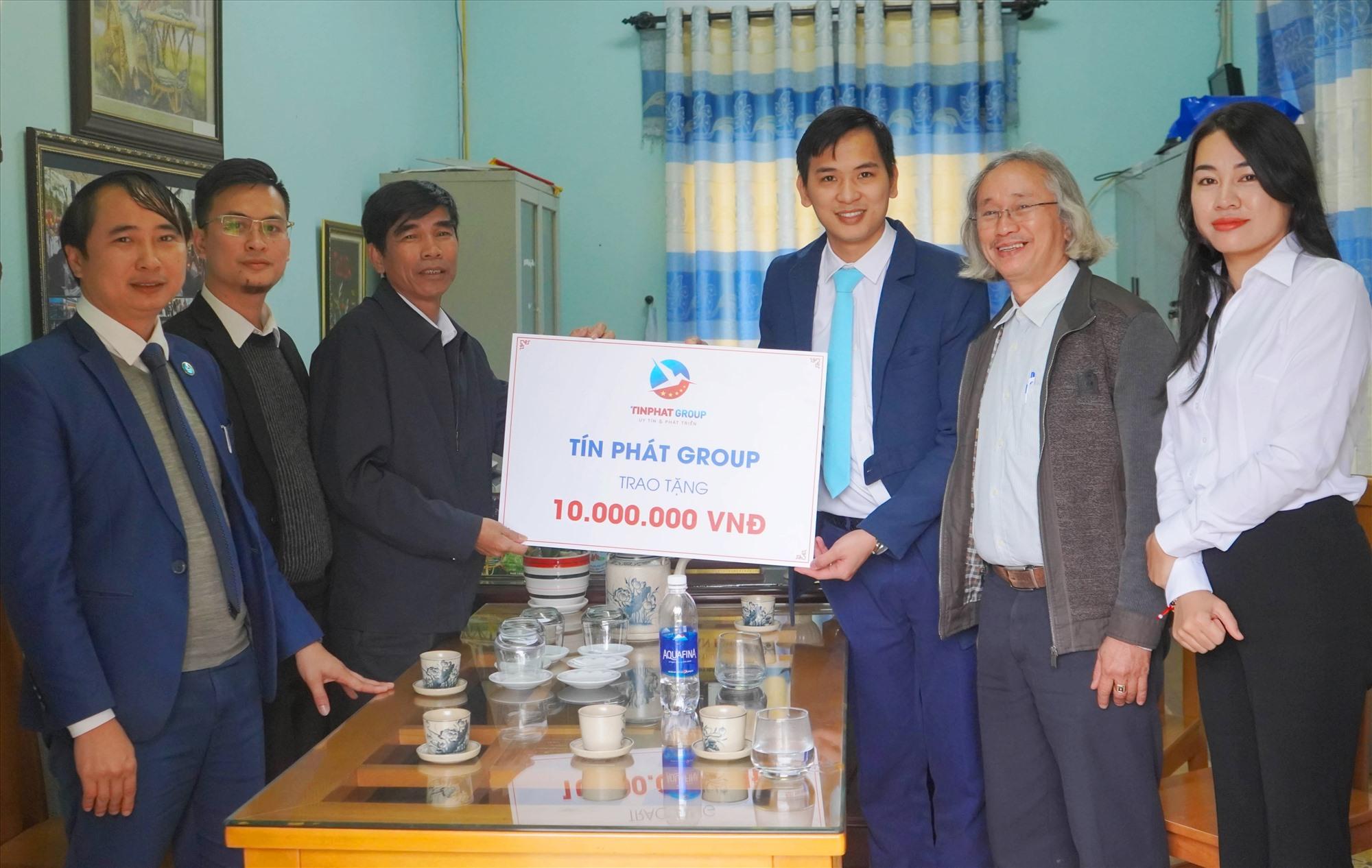 Cán bộ Tín Phát thăm và trao quà ủng hộ trường THPT Huỳnh Thúc Kháng