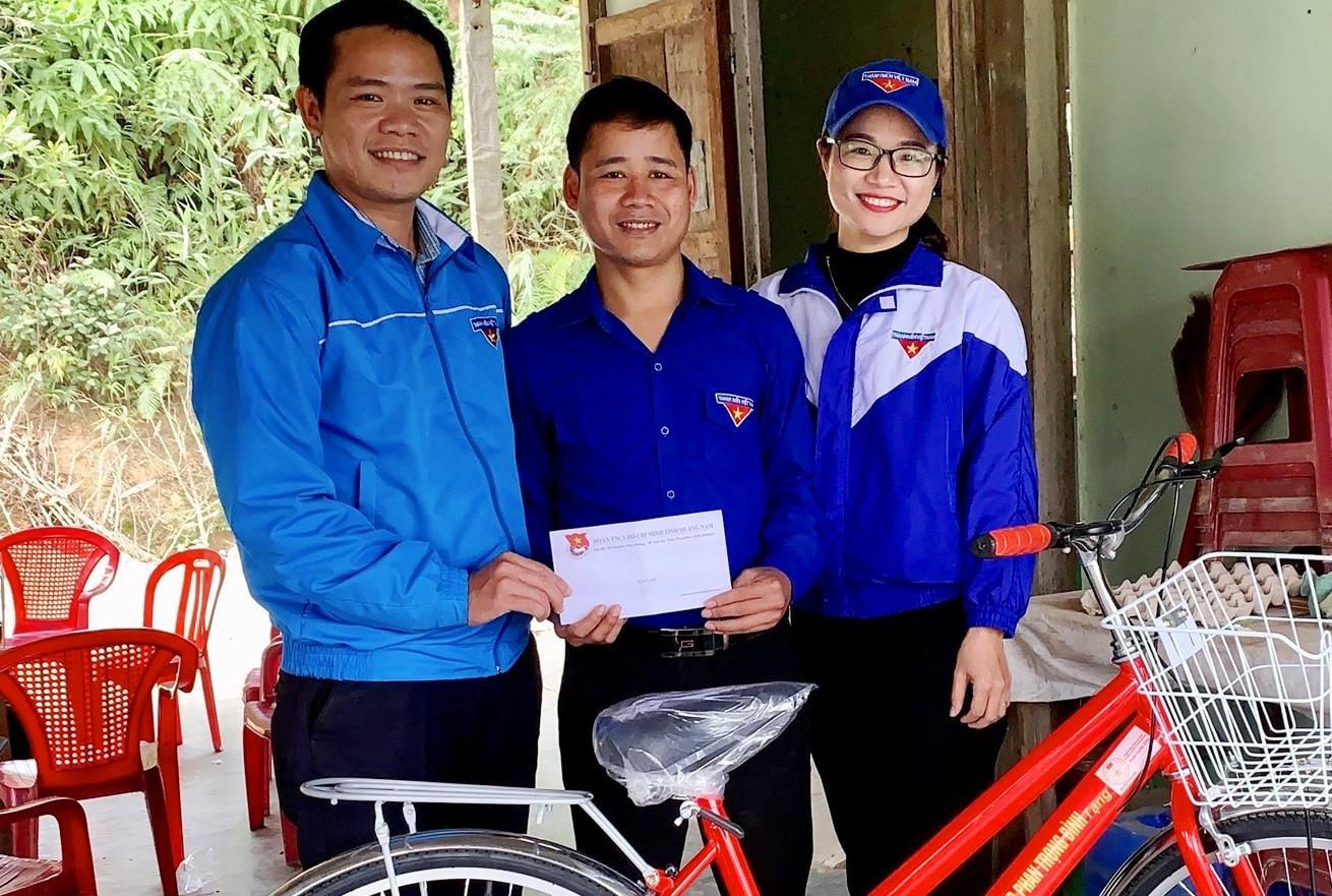 Phó Bí thư Tỉnh đoàn Hoàng Văn Thanh tặng quà tết cho Bí thư Chi đoàn cơ sở có hoàn cảnh khó khăn tại xã Trà Leng, xã Trà Dơn. Ảnh: T.VUI