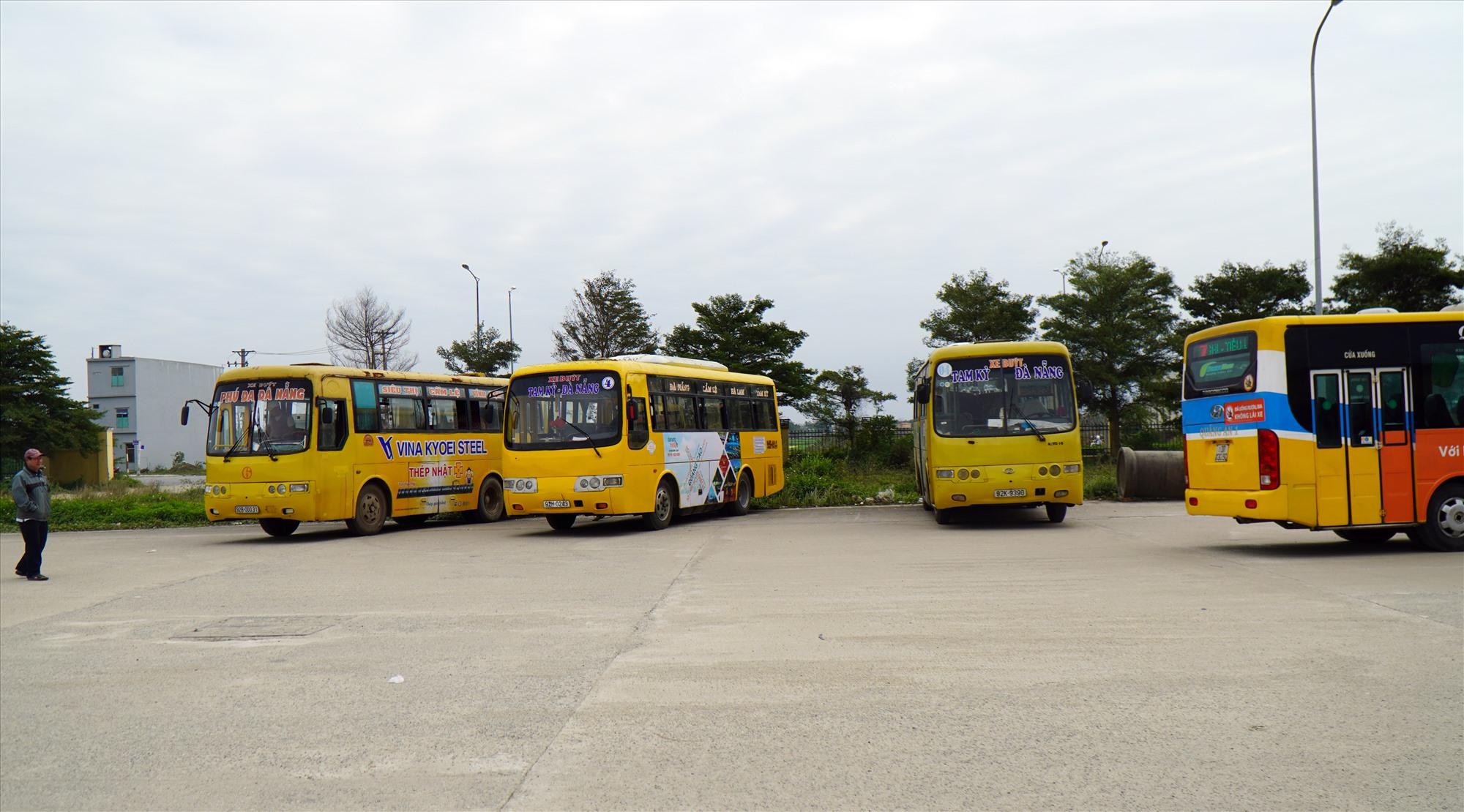 Xe buýt Phú Đa - Đà Nẵng và Tam Kỳ - Đà Nẵng cùng xe buýt Đà Nẵng trung chuyển tại bến xe Đức Long Đà Nẵng. Ảnh V.S