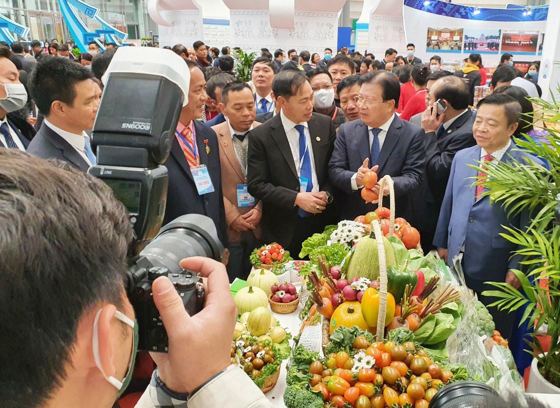 Phạm Ngọc Thạch (trái) thuyết trình với Phó Thủ tướng Trịnh Đình Dũng về các sản phẩm của Sunfood.Ảnh: TRẦN ĐĂNG