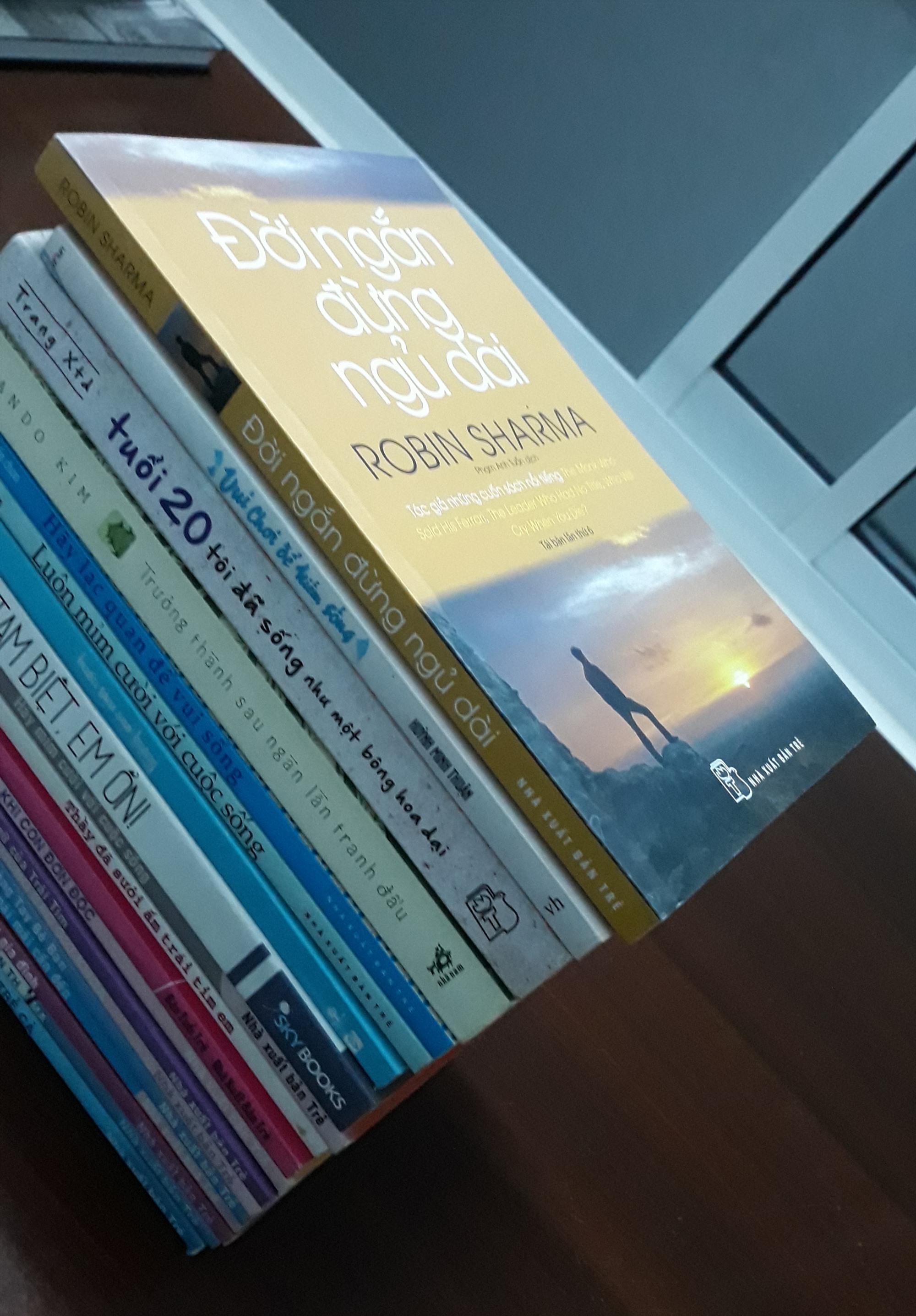 Sách self-help thu hút sự chọn lựa của người trẻ. Ảnh: C.N