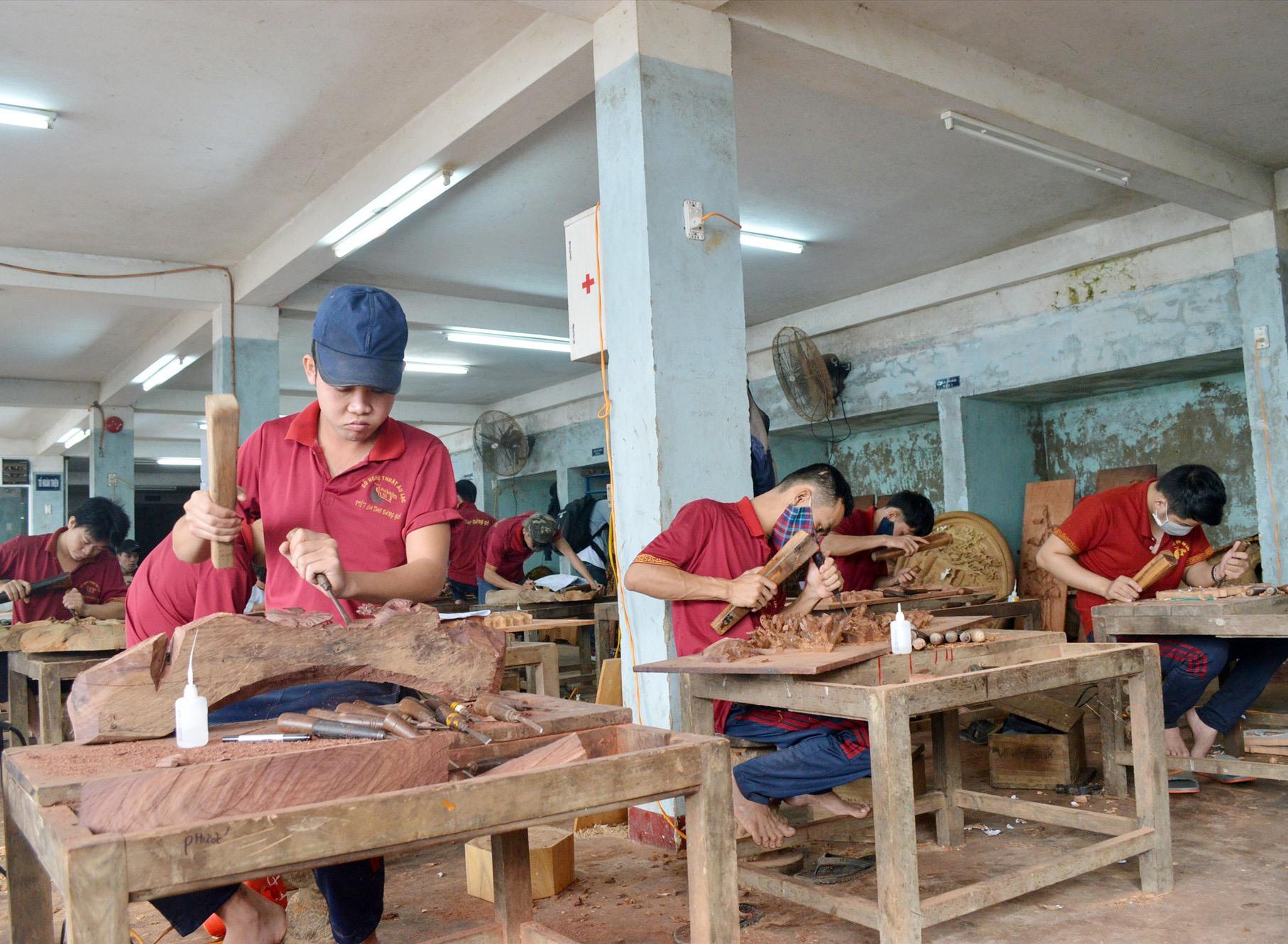 Nghề mộc ngày càng phát triển tại Quảng Nam. Ảnh: K.L