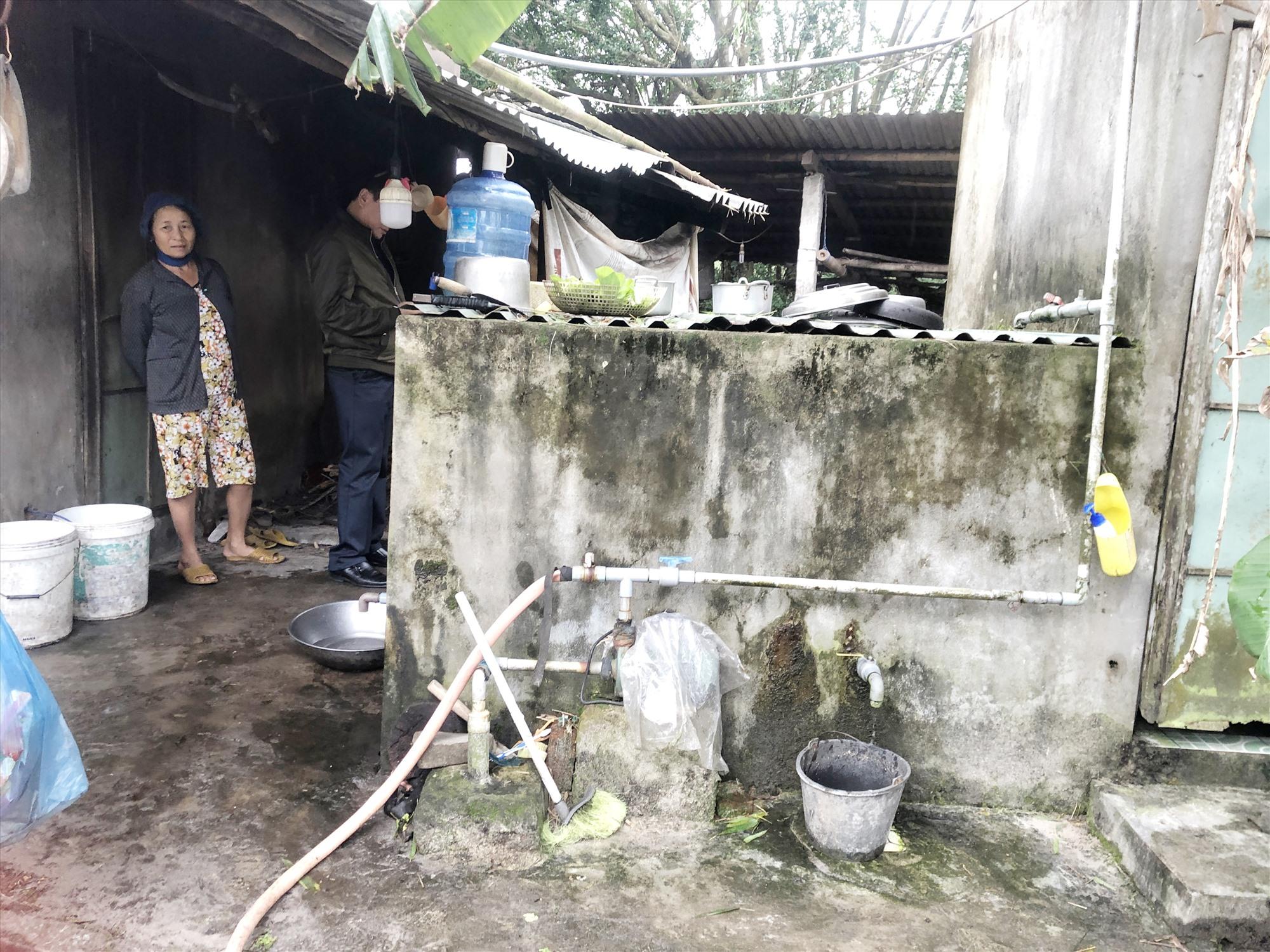 Người dân thôn Thái Nam (xã Tam Thăng) hiện vẫn chưa có nước sạch để sử dụng, trong khi nguồn nước tại đây bị nhiễm phèn. Ảnh: X.H