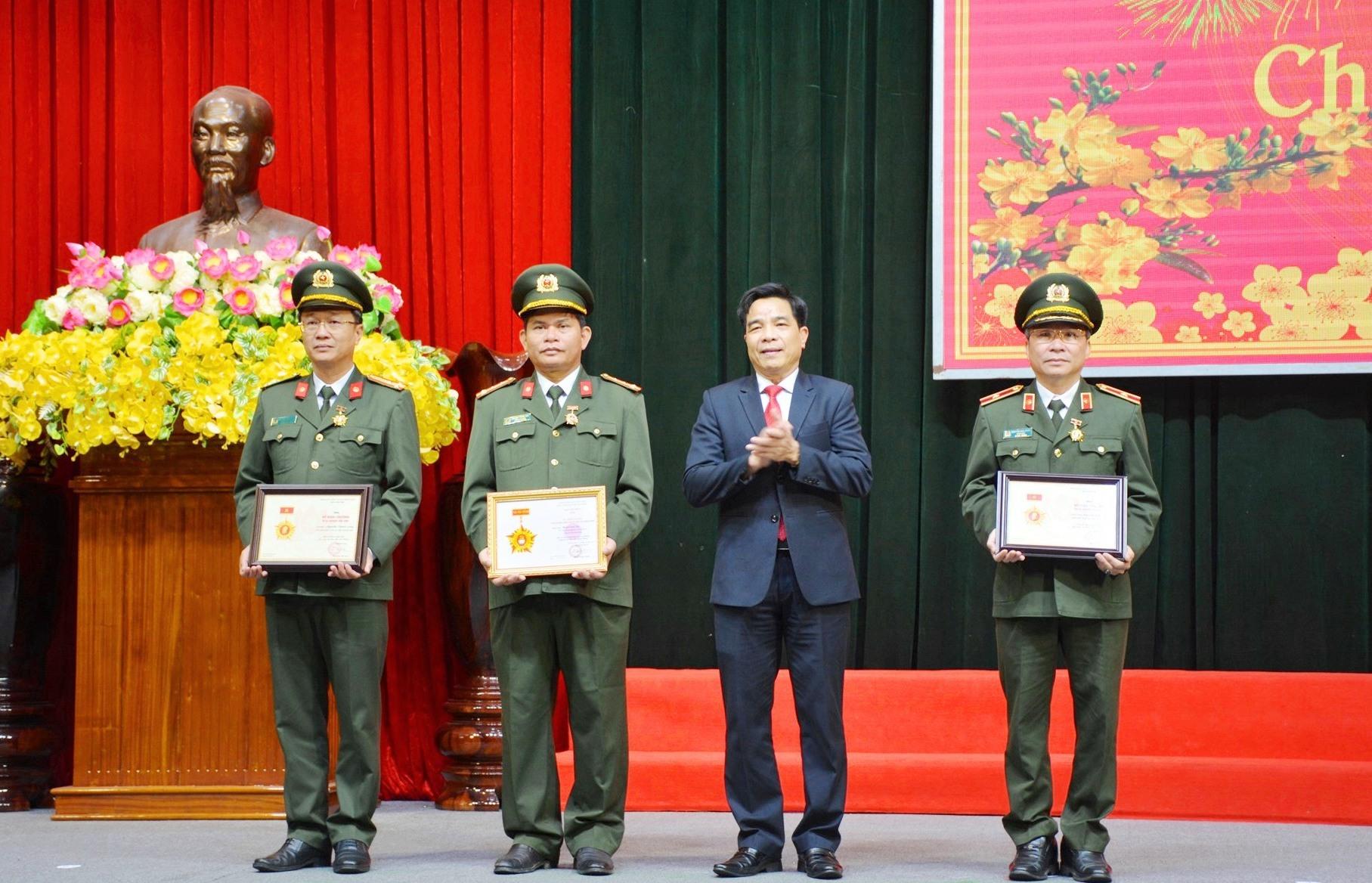 Phó Bí thư Thường trực Tỉnh ủy Lê Văn Dũng trao kỷ niệm chương cho các đồng chí lãnh đạo Công an tỉnh. Ảnh: M.T