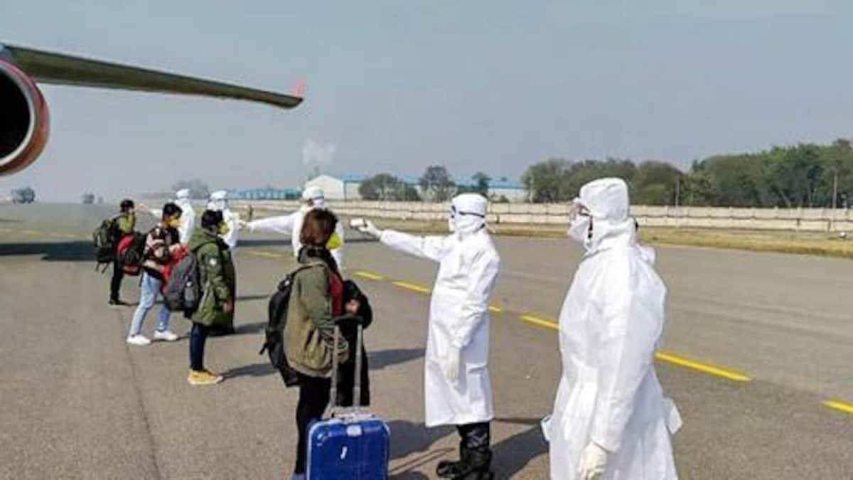 Ấn Độ kiểm soát chặt hành khách nhập cảnh, trong đó có hành khách đến từ Vương quốc Anh. Ảnh: AFP