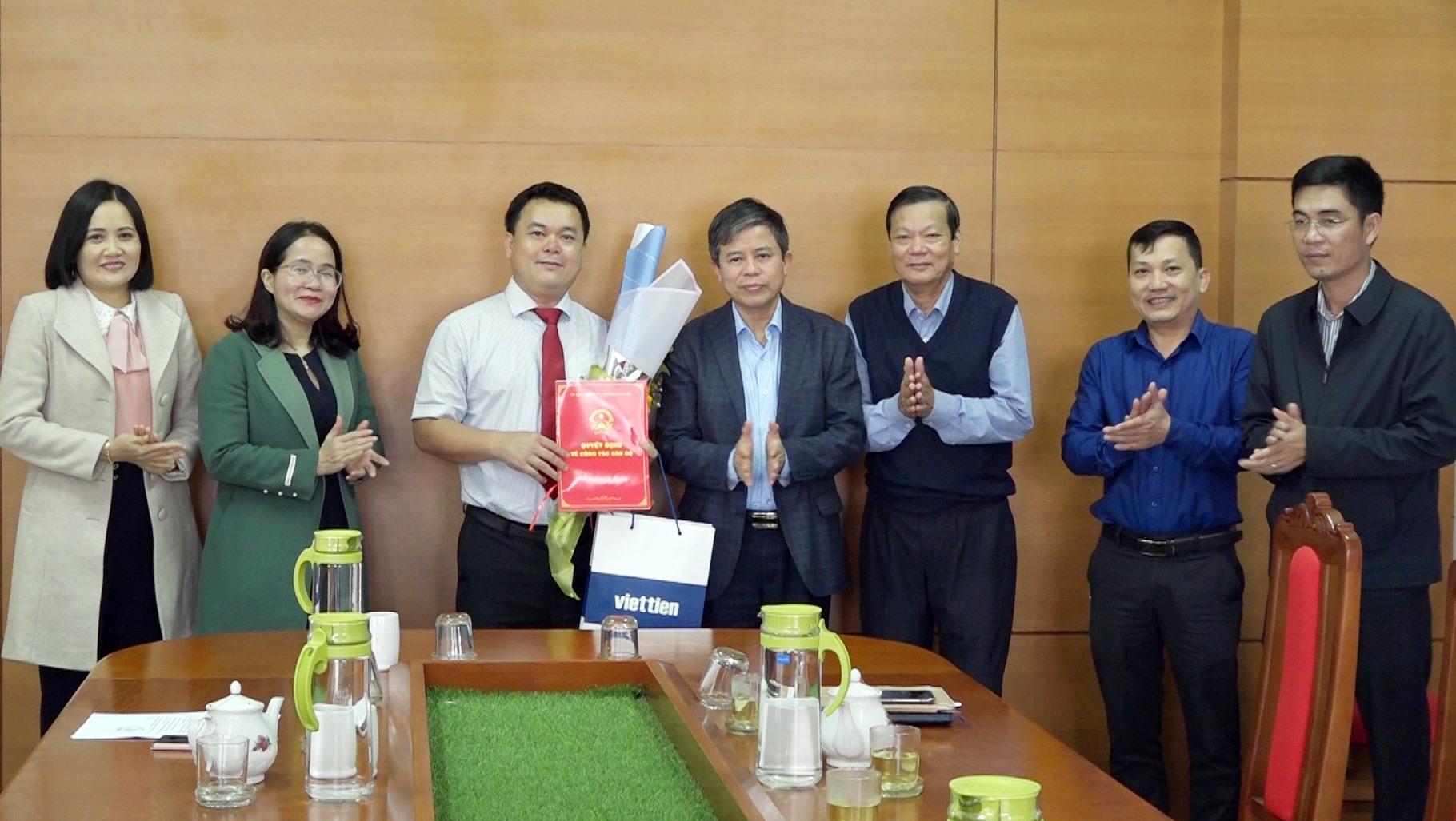 Lãnh đạo Sở Nội vụ Quảng Nam và huyện Thăng Bình trao quyết định, tặng hoa chúc mừng ông Hoàng Châu Sơn. Ảnh: M.T
