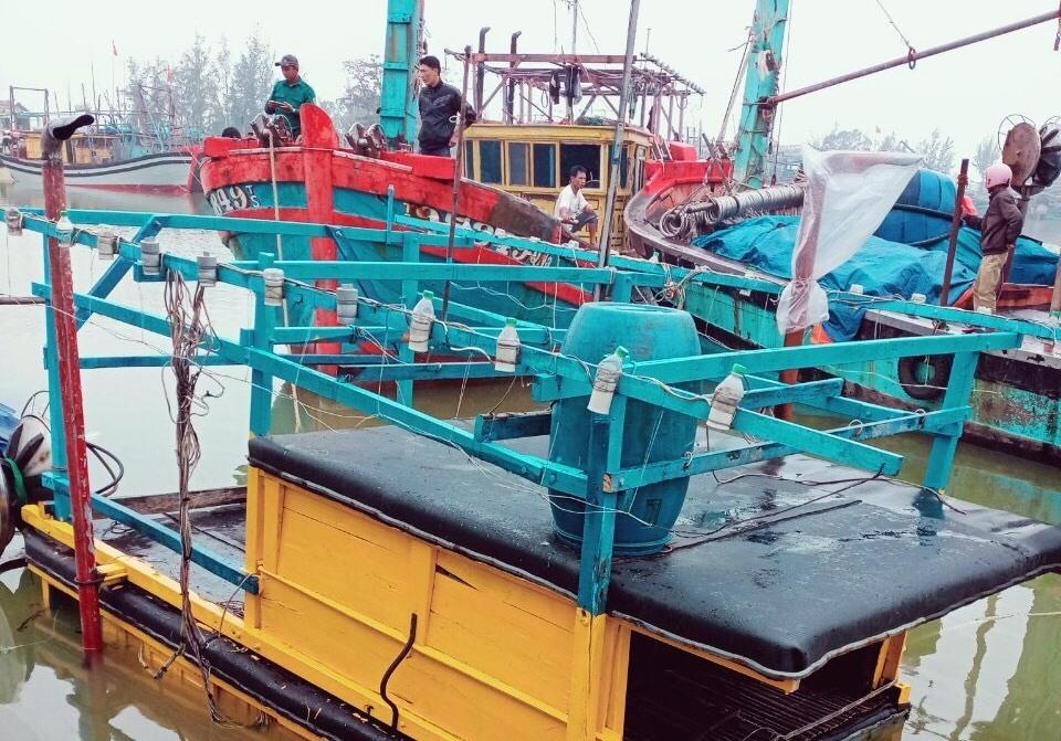 Tàu cá của ngư dân Nguyễn Hồng Qúy bị chìm. Ảnh do Hội LHPN xã Bình Minh cung cấp.
